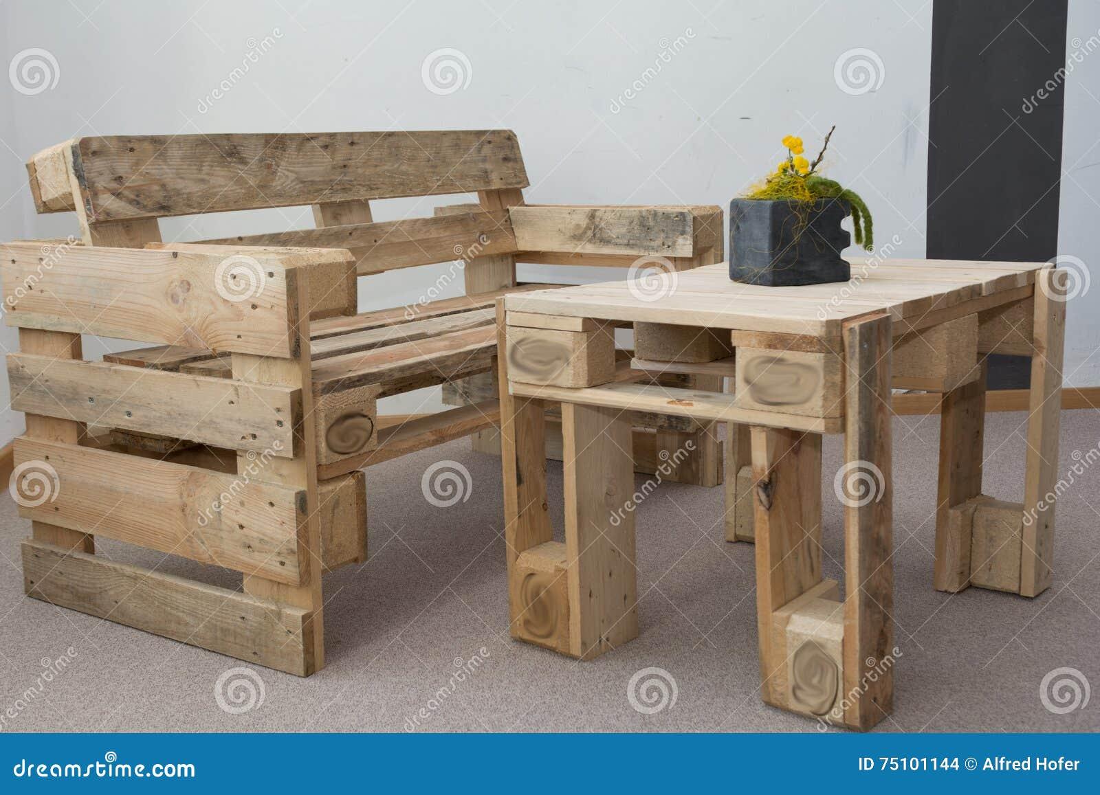 Robuuste bank en houten lijst van pallets stock foto afbeelding 75101144 - Foto houten pallet ...