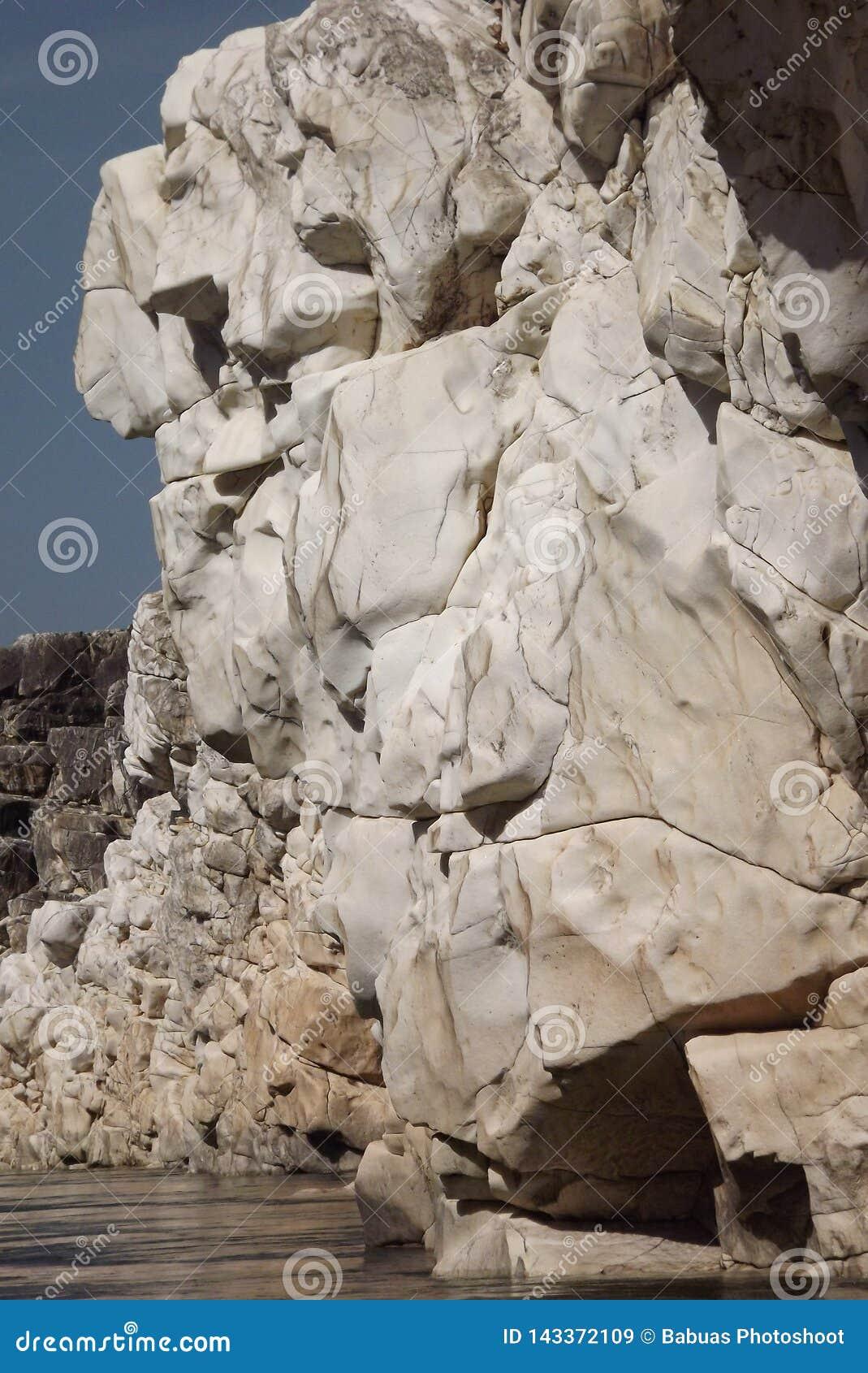 Roca de mármol blanca espectacular a cada lado de la garganta del río