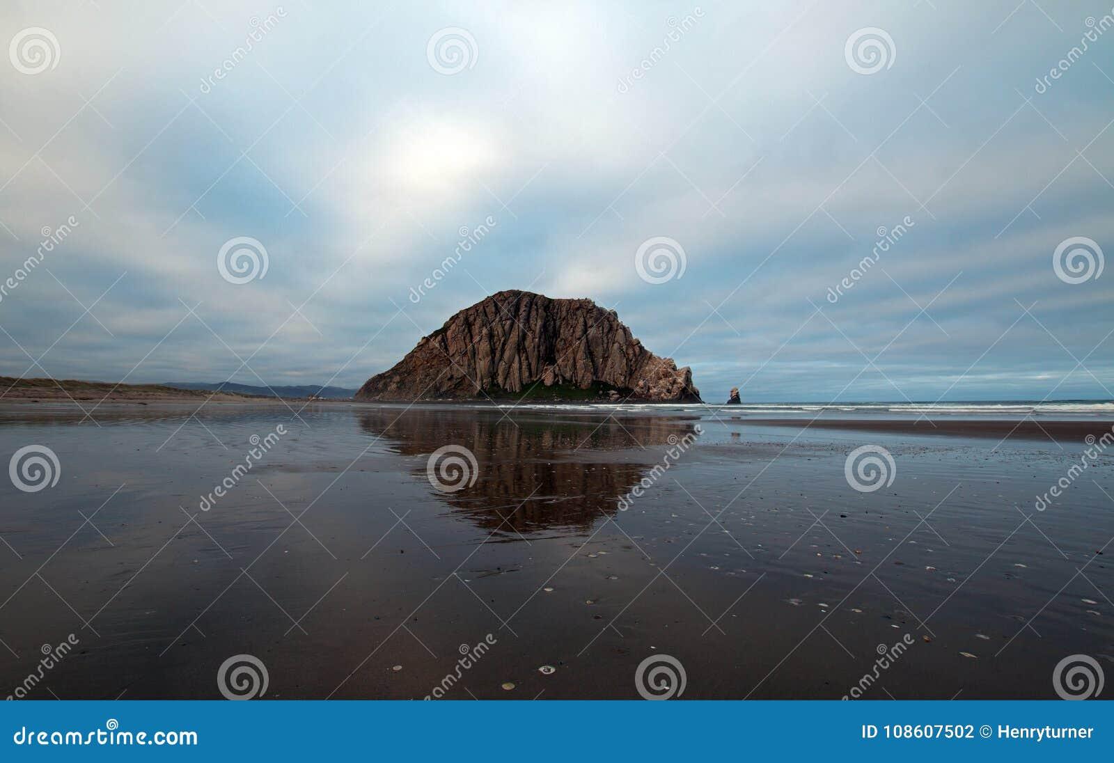 Roca de Morro en la madrugada en el parque de estado de la bahía de Morro en la costa central los E.E.U.U. de California