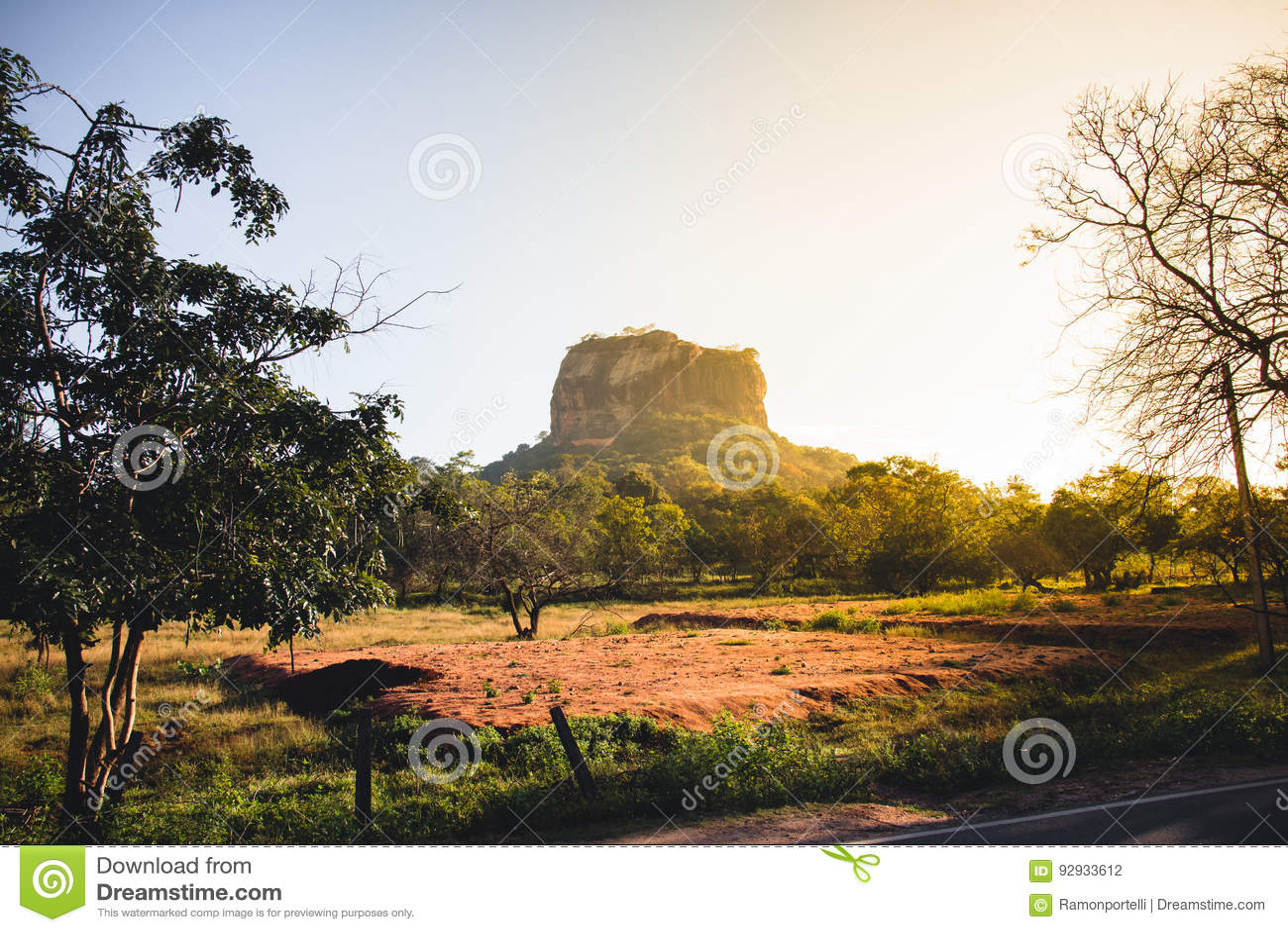 Roca del ` s de Sigiriya, o del león, Sri Lanka, en la salida del sol