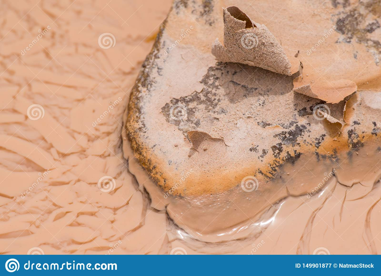 Roca fangosa que seca en el sol en las aguas fangosas después de una lluvia grande en el parque nacional de los Badlands