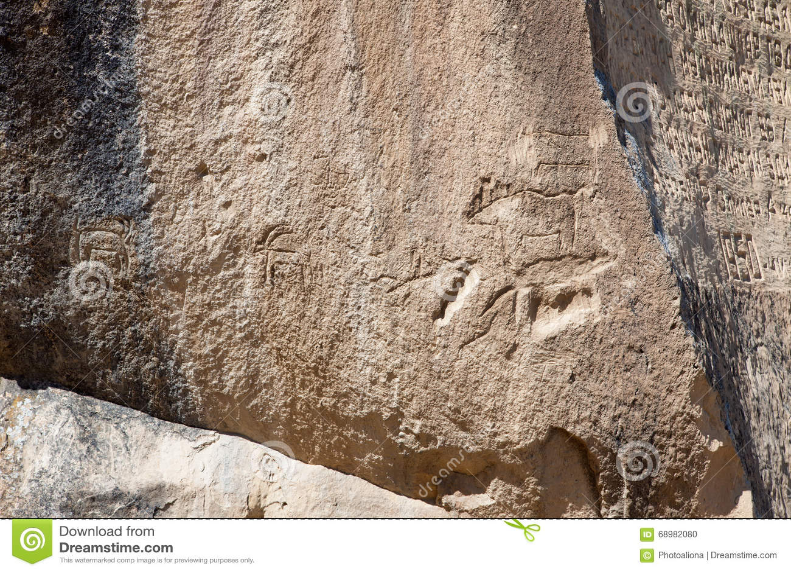 Roca-pintura prehistórica de los petroglifos de QOBUSTAN en Azerbaijan