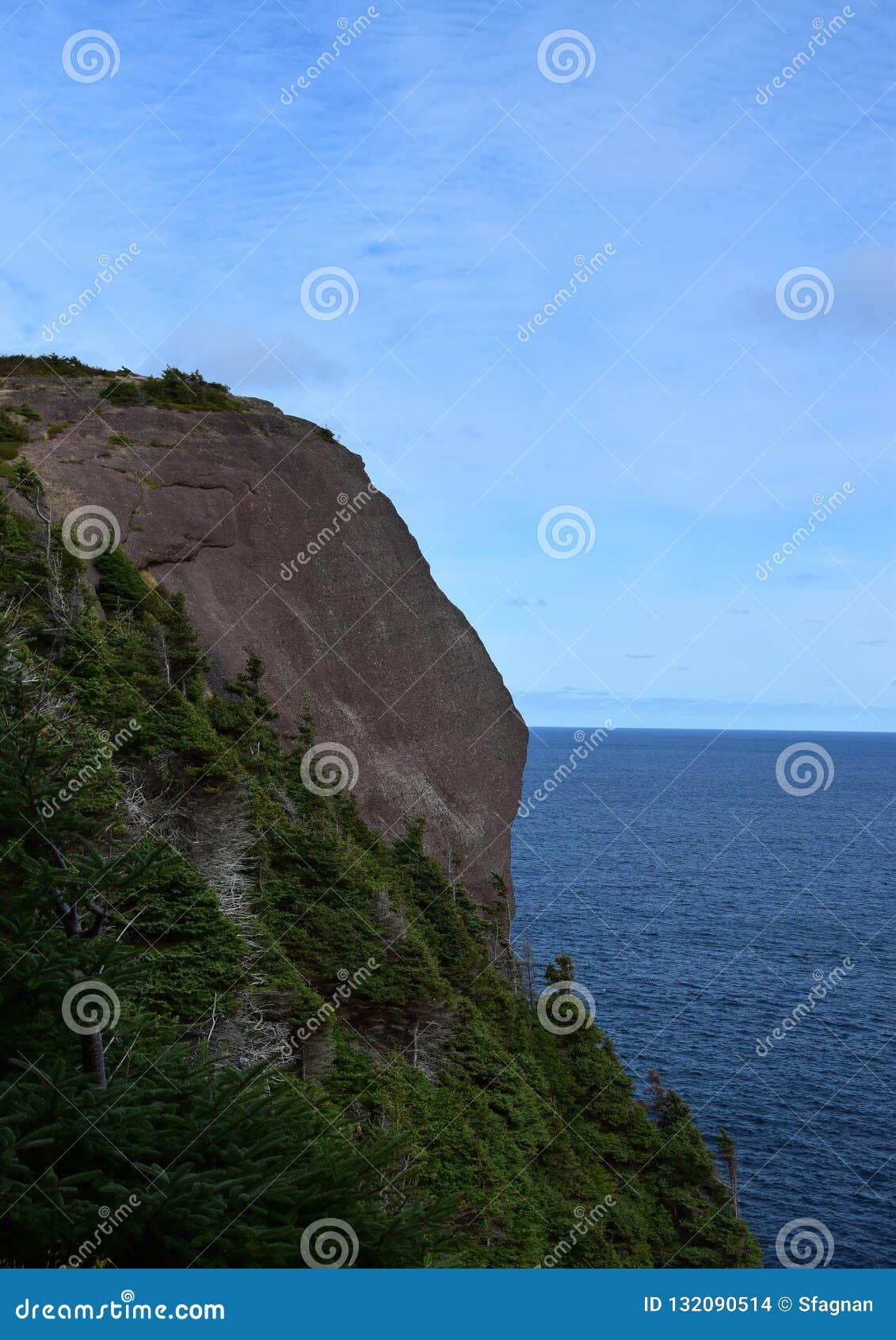 Roca principal roja Flatrock de la costa de Killick