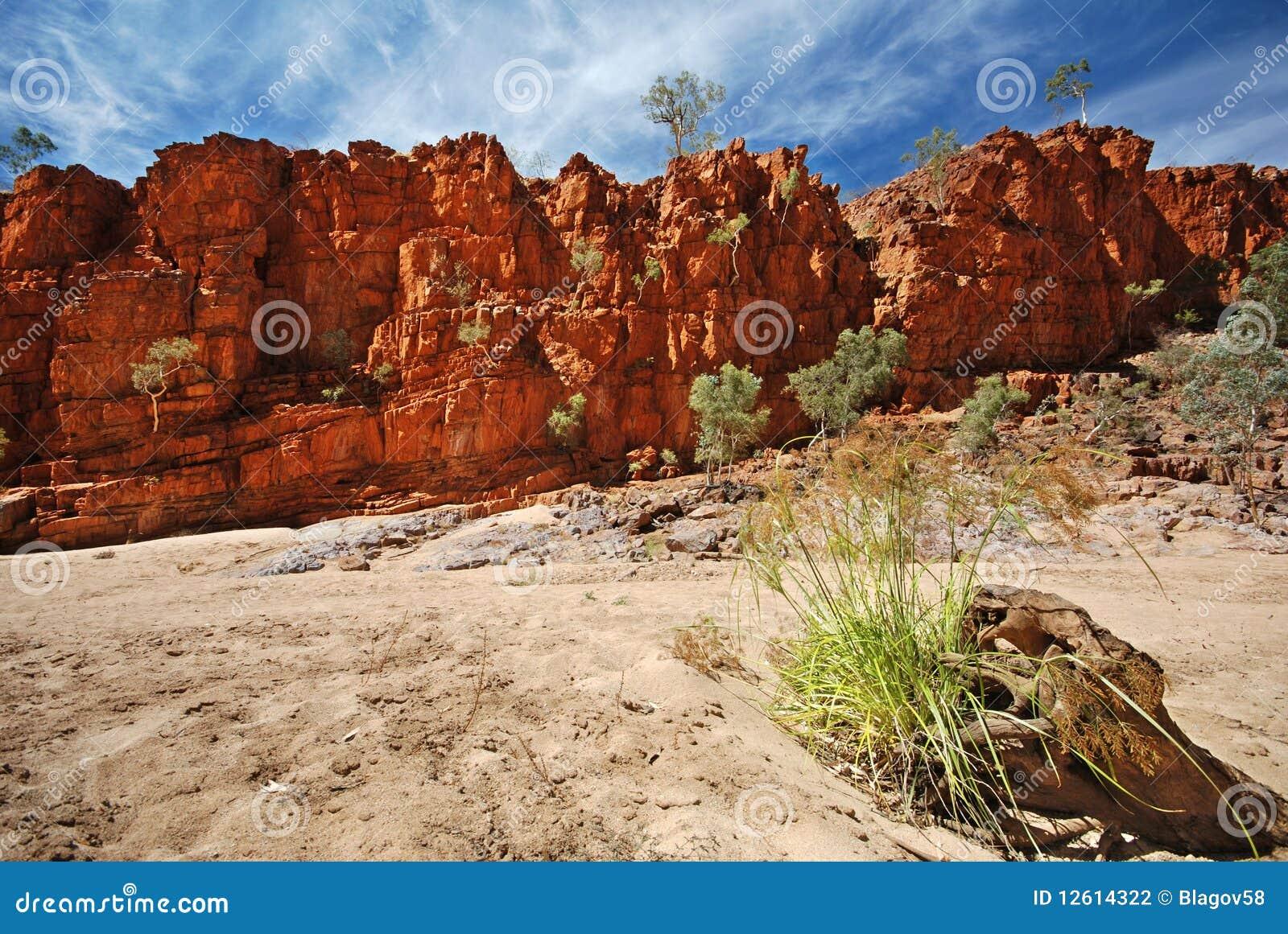 Rocas ardientes a lo largo del rastro de Larapinta