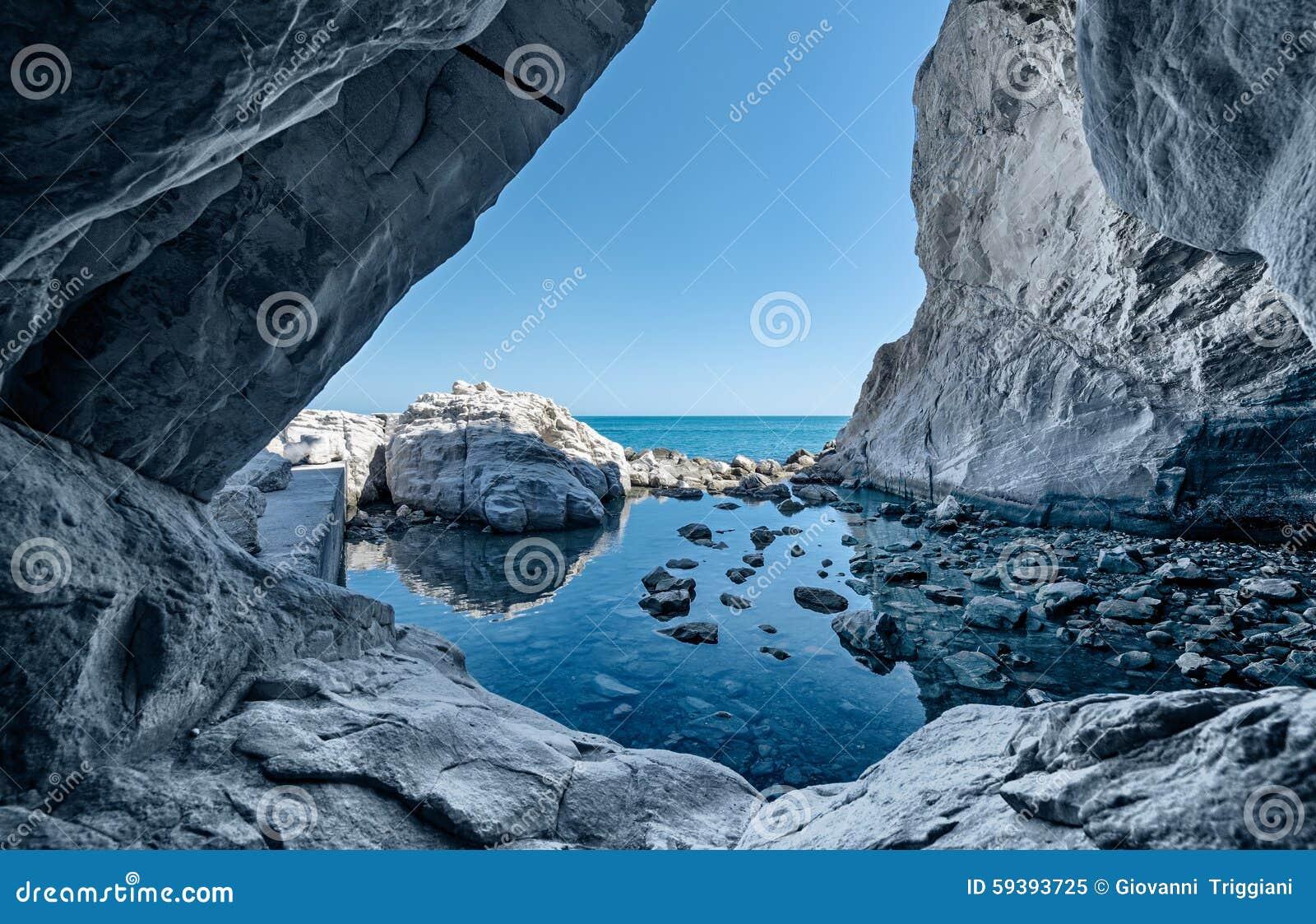 Rocas de la cueva del mar Gruta con reflexiones del agua