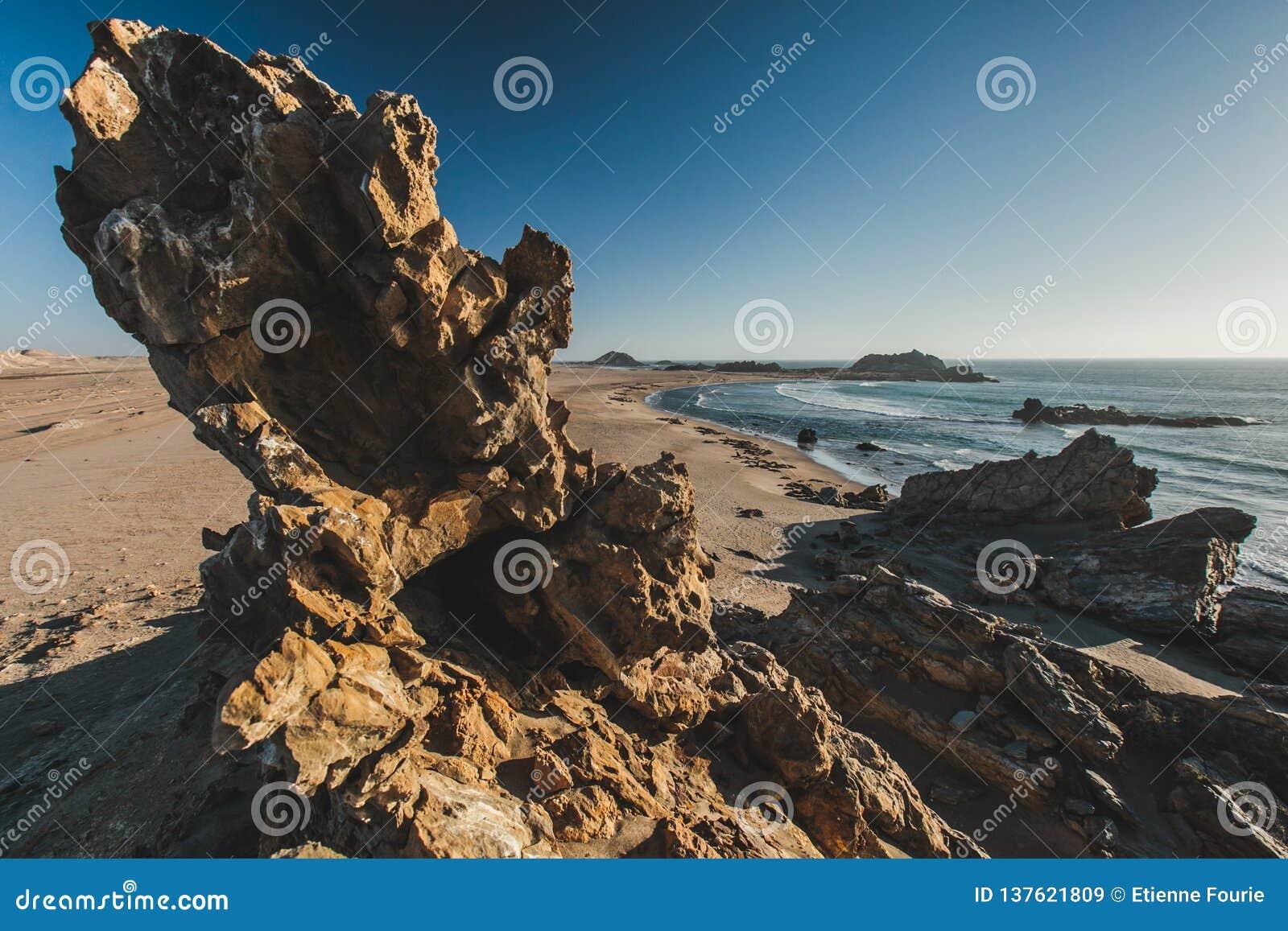 Rocas dentadas a lo largo de la costa esquelética de Namibia