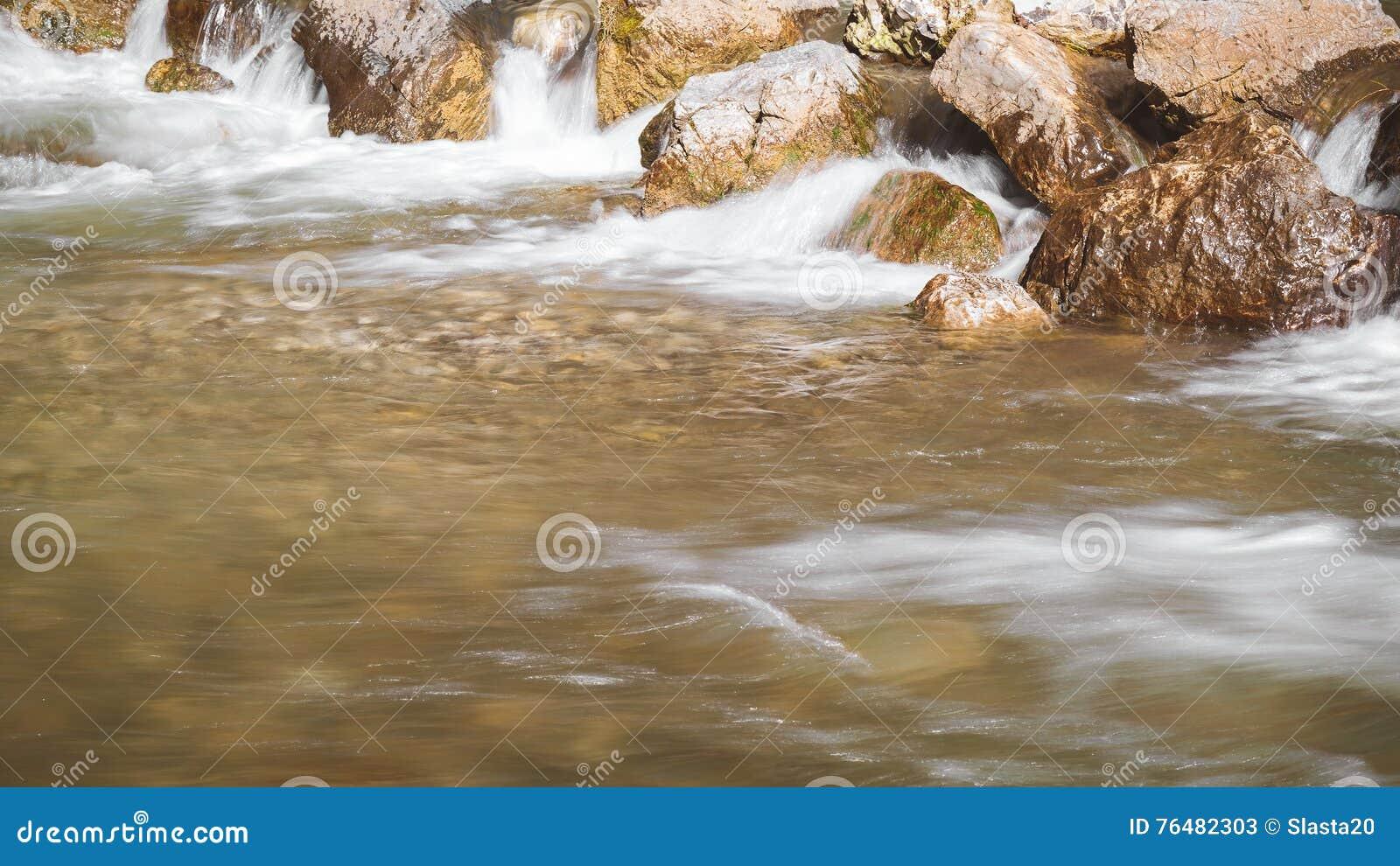 Rocas en el río, cierre para arriba