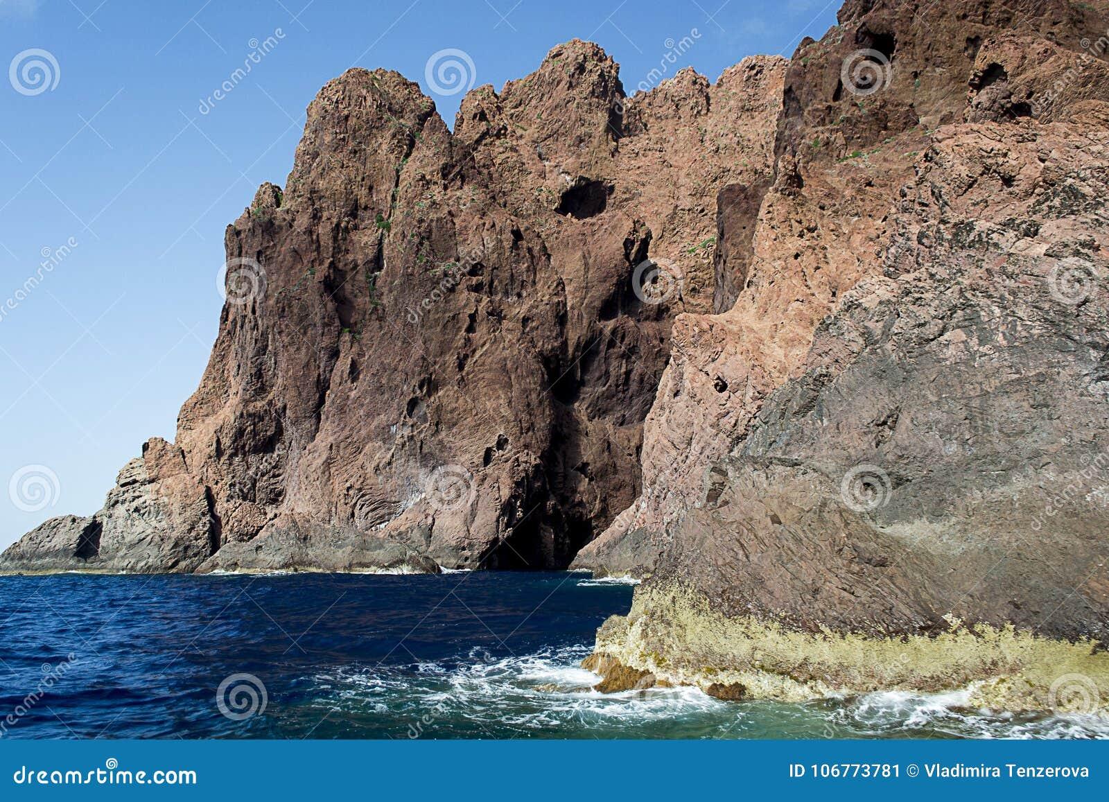 Rocas imponentes que suben del mar