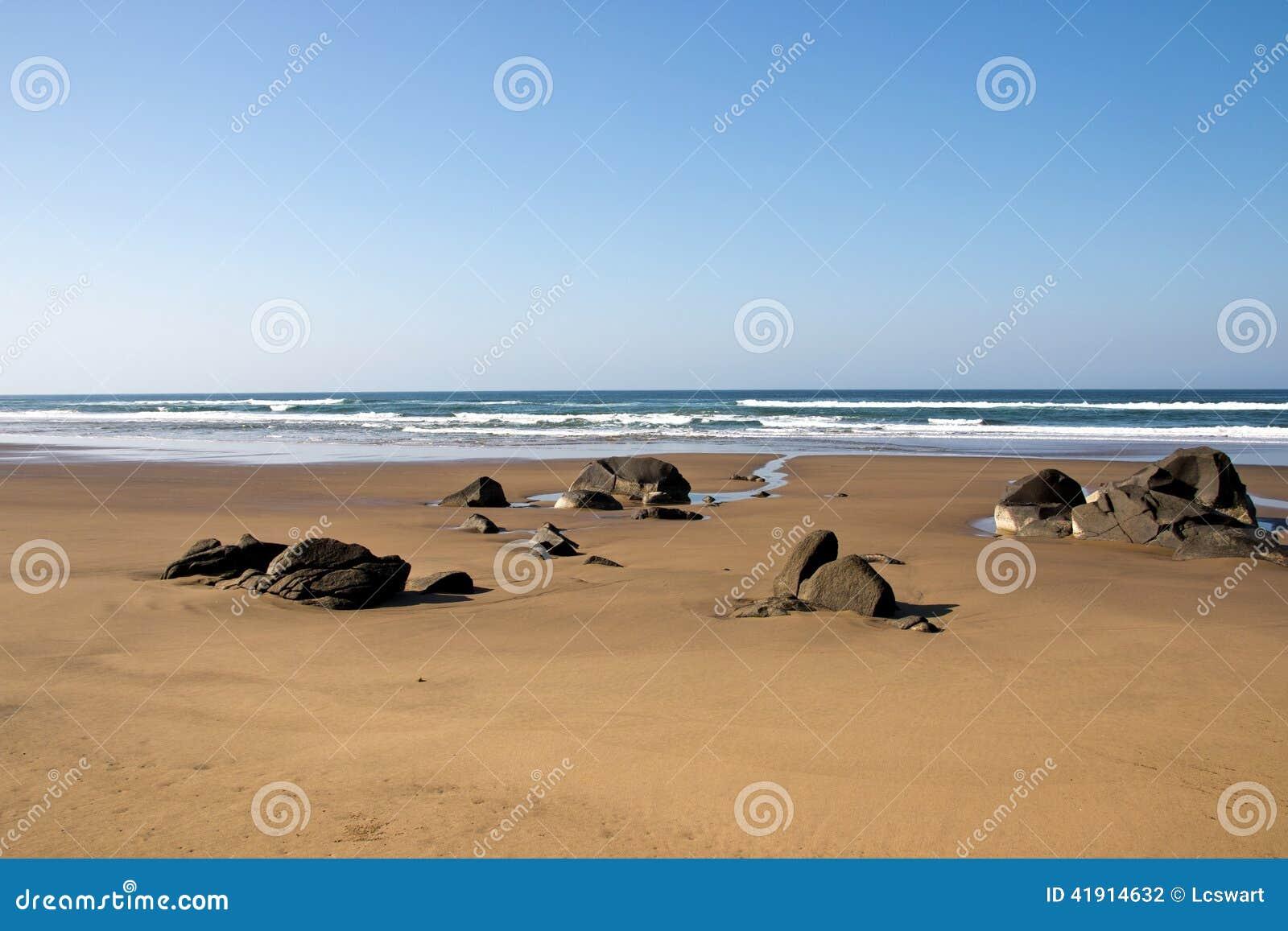 Rocas que resaltan de Sandy Beach durante la bajamar