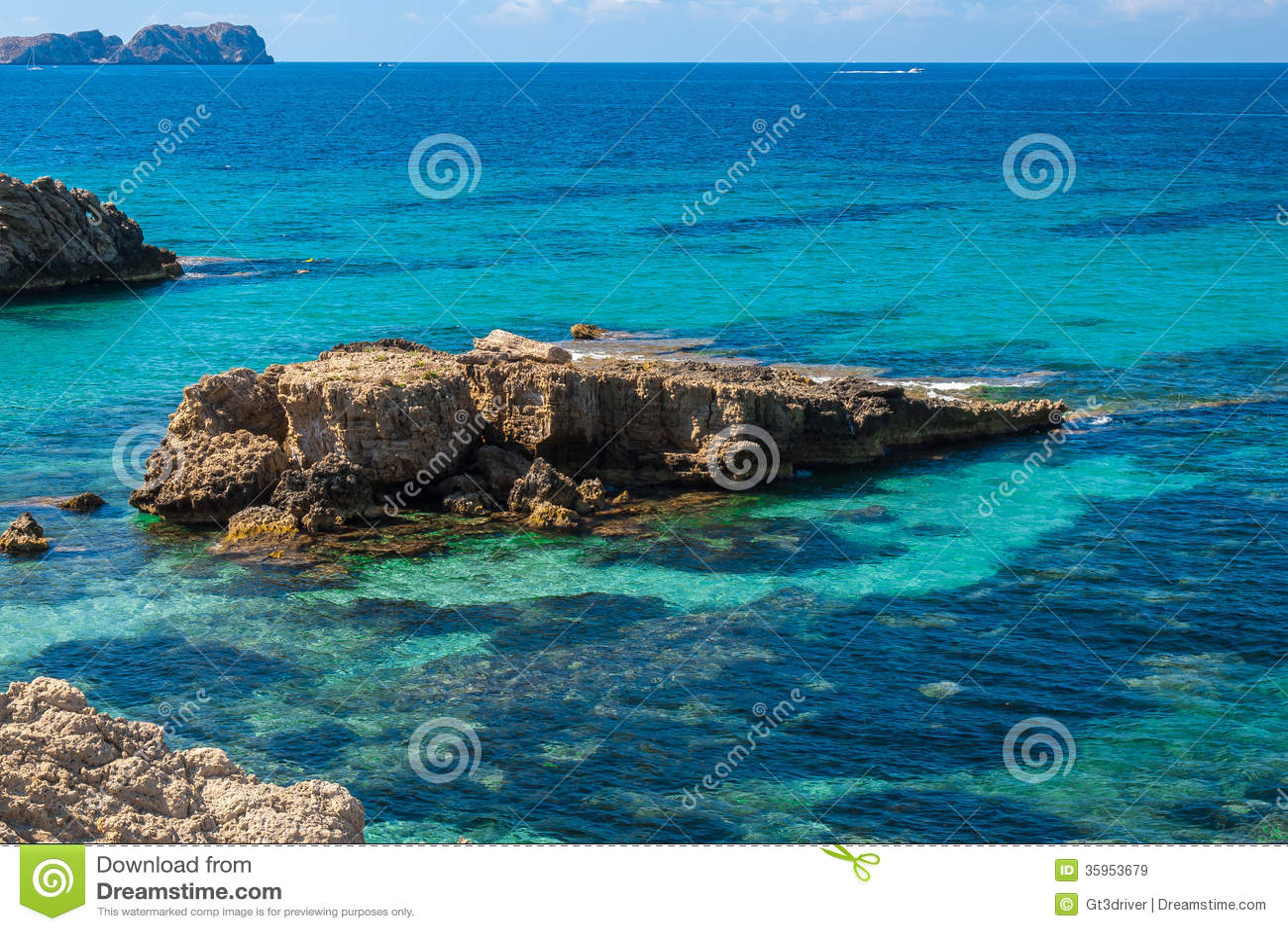 Rocas que se pegan fuera del mar en la costa de Mallorca