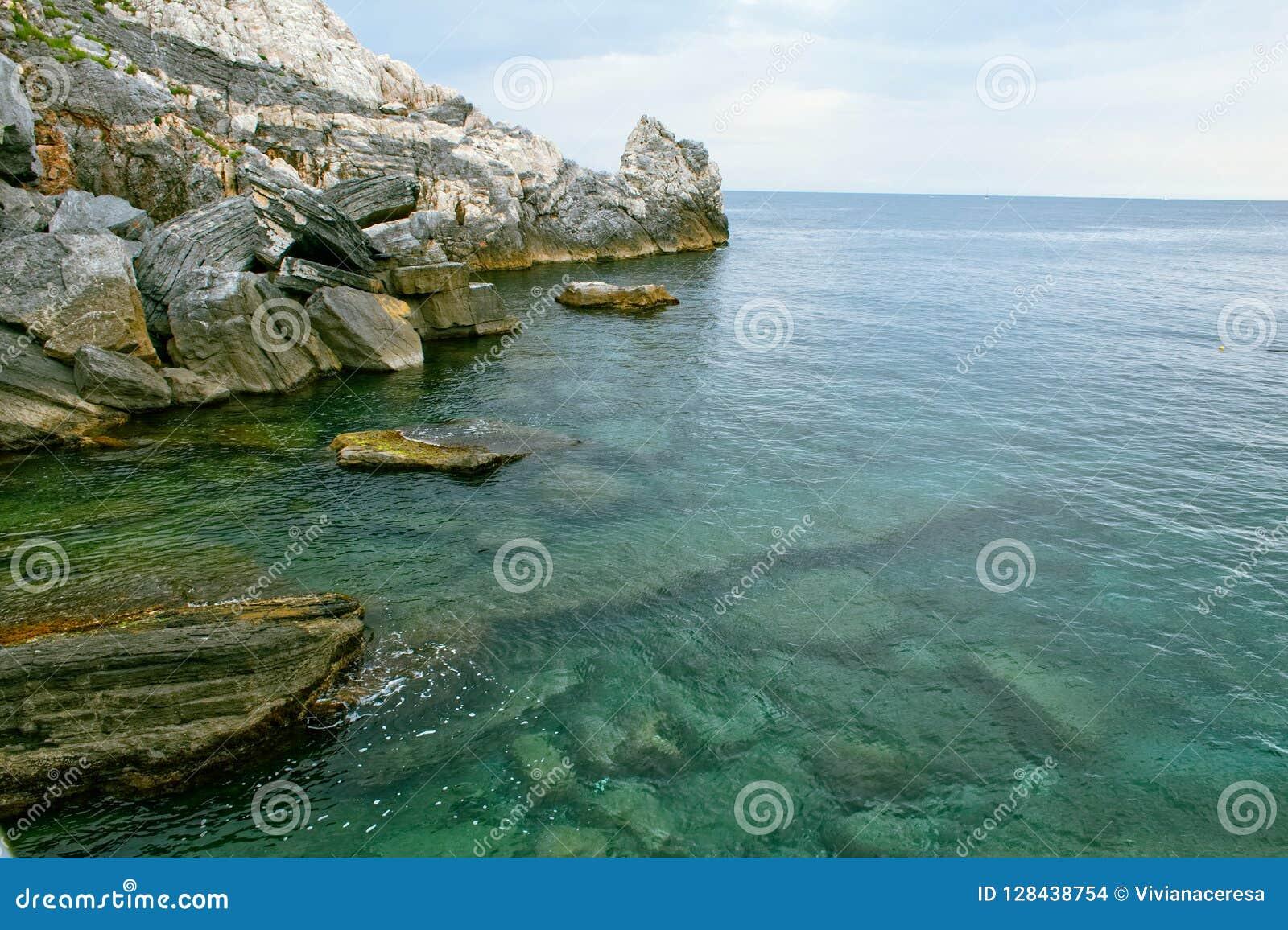 Rocas y el mar, Lord Byron Cave
