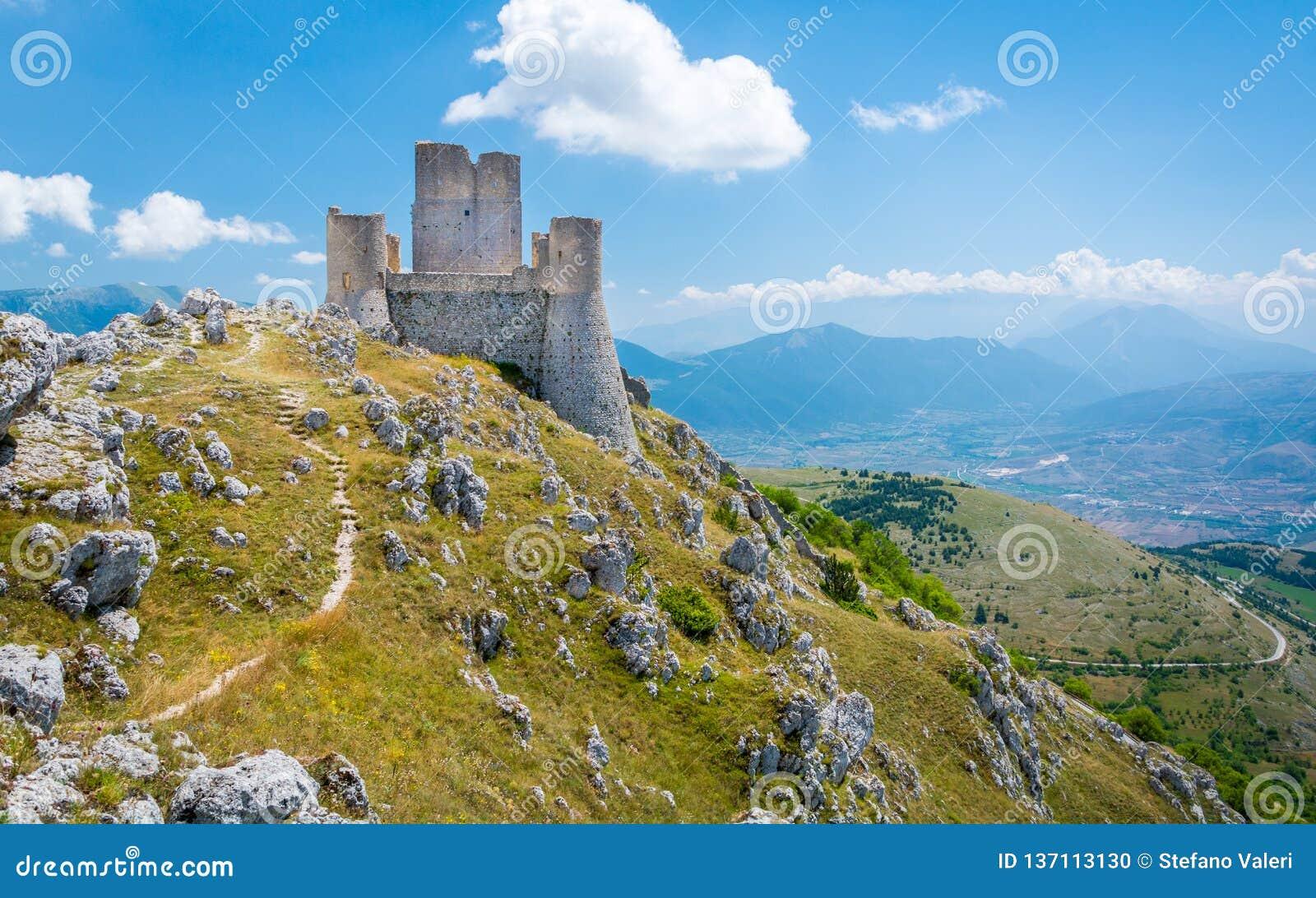 Rocca Calascio, bergstoppfästning eller rocca i landskapet av L Aquila i Abruzzo, Italien