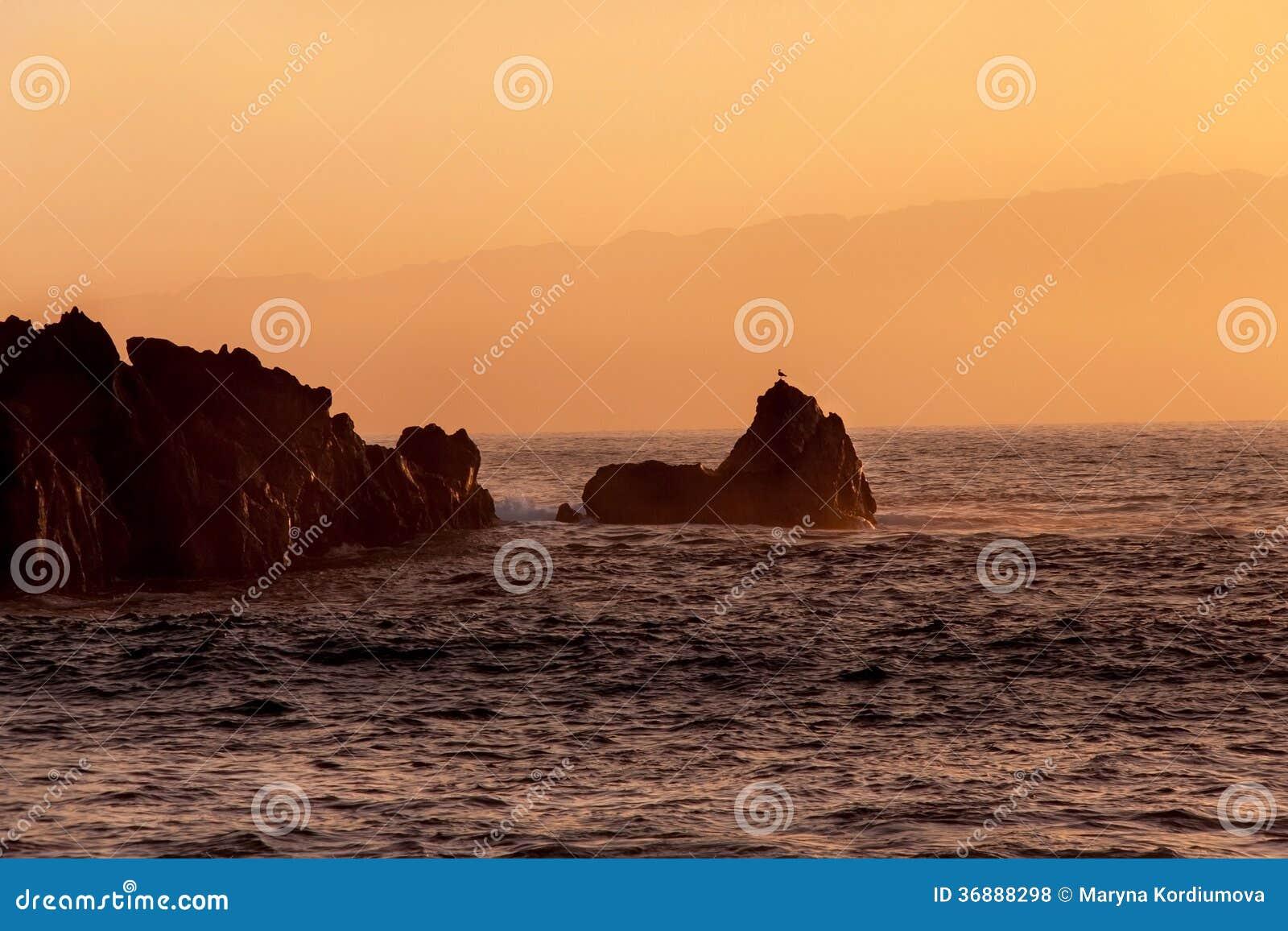 Download Rocce al tramonto fotografia stock. Immagine di scogliera - 36888298
