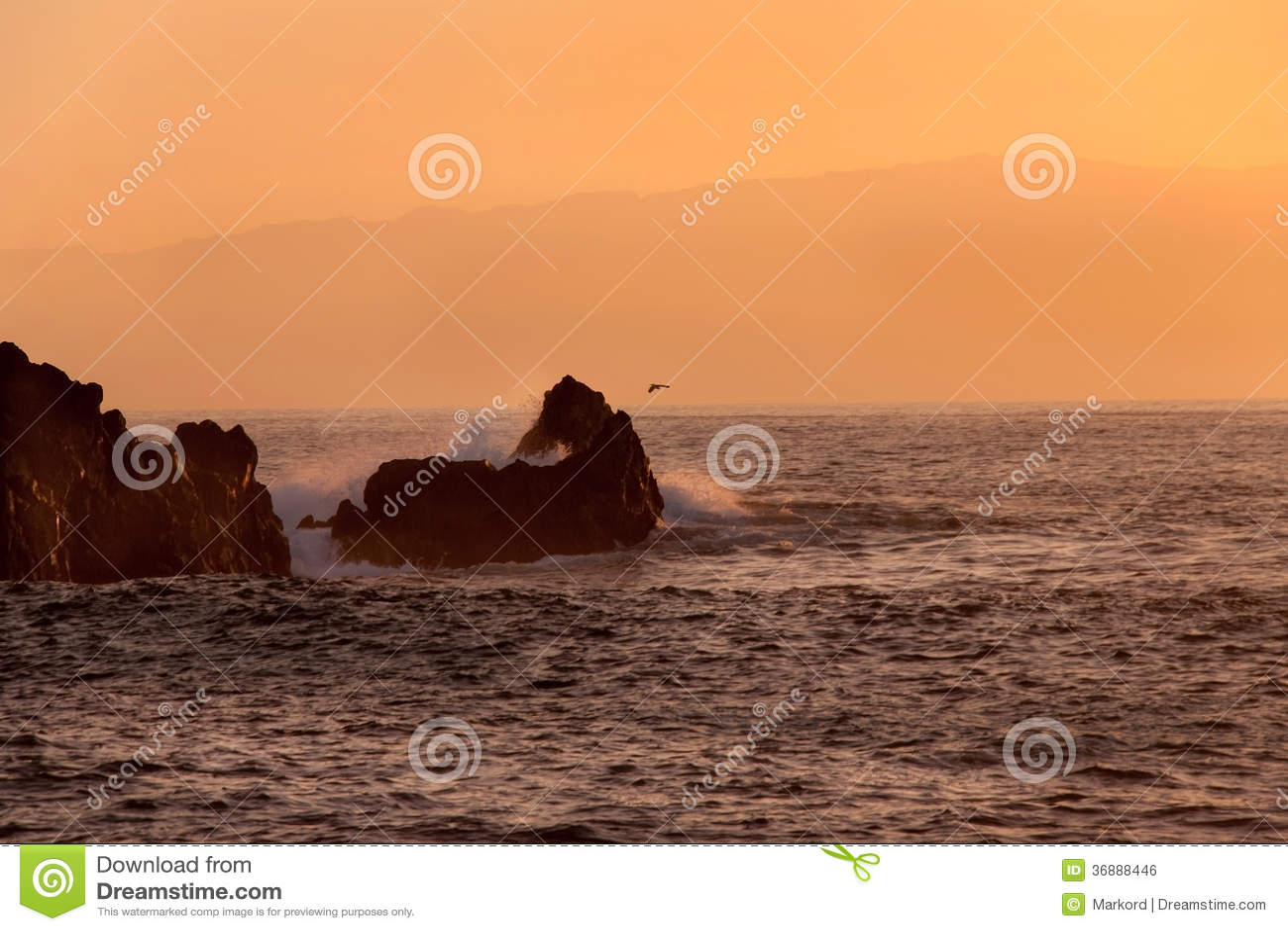 Download Rocce al tramonto fotografia stock. Immagine di seascape - 36888446