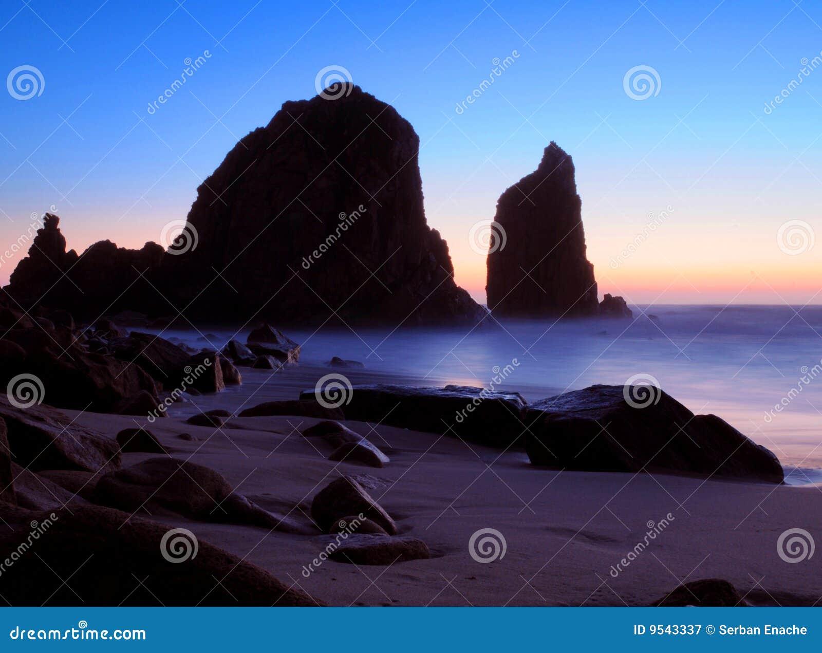 Rocce di tramonto sulla spiaggia
