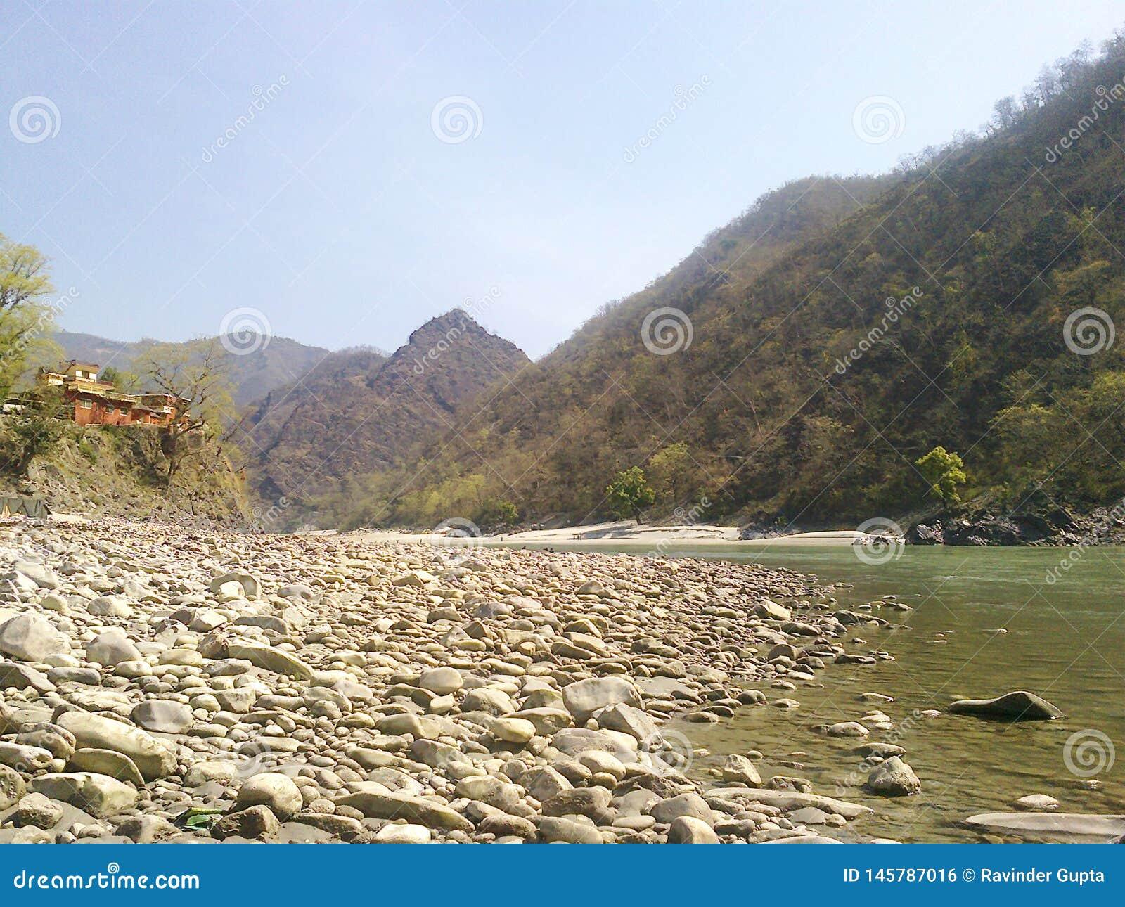 Rocce e Mountain View della riva del fiume