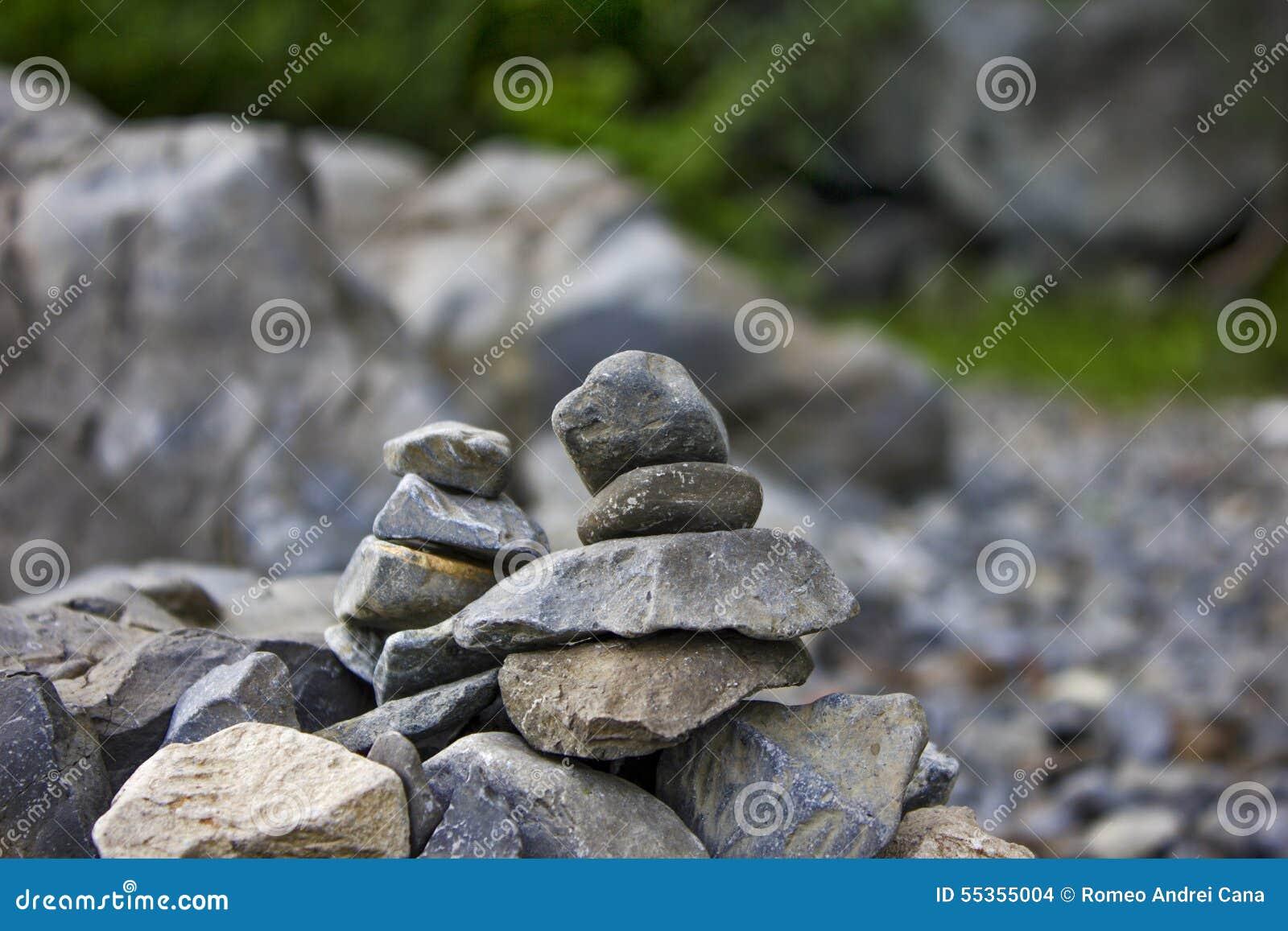 Rocce impilate dal lago