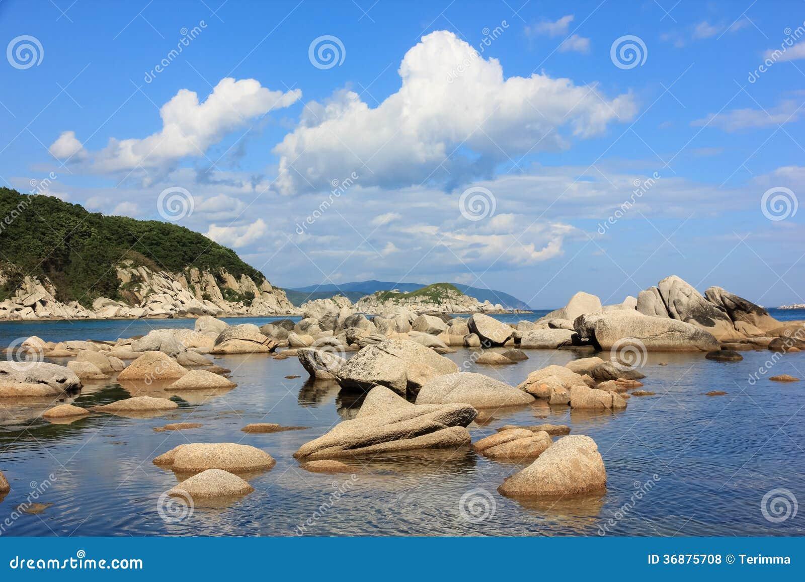 Download Rocce in mare fotografia stock. Immagine di mare, corsa - 36875708