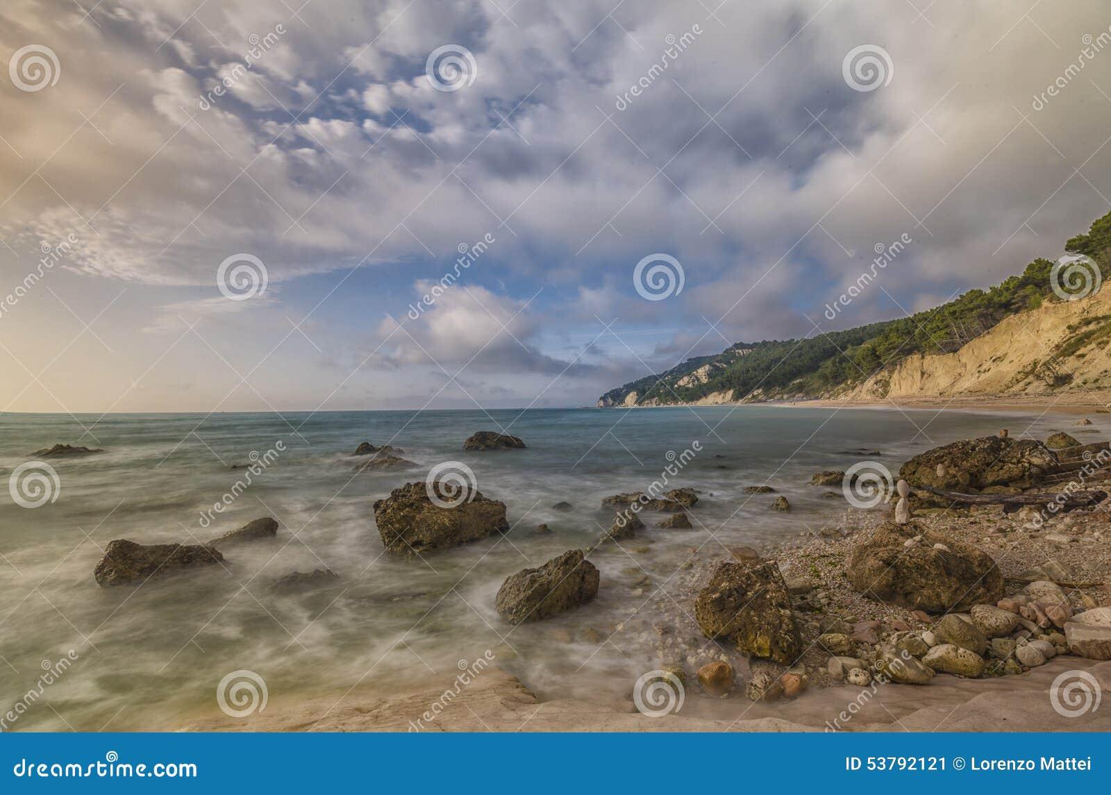 Rocce nere plaża przy wschodem słońca, Conero NP, Marche, Włochy