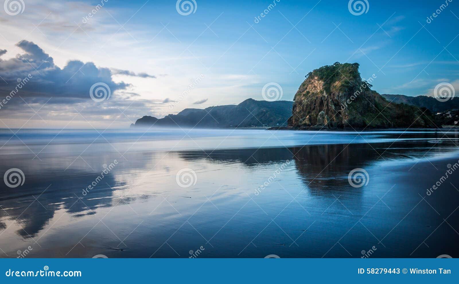 Roccia del leone, spiaggia di Piha