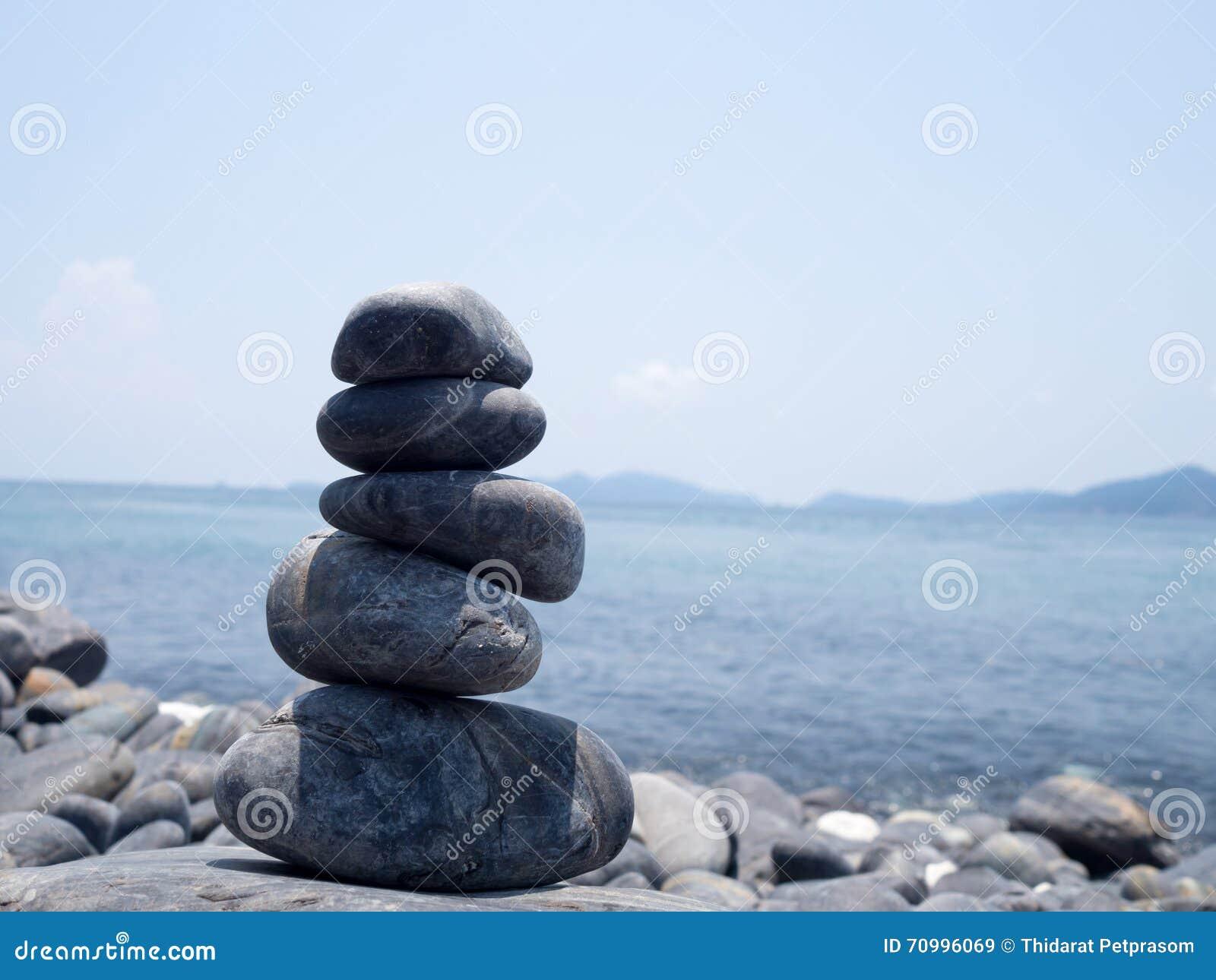 Roccia impilata, pila delle pietre sulla costa del mare nella natura L equilibrio di vita, stazione termale lapida il concetto di