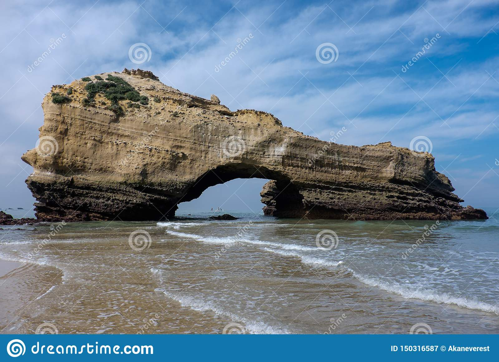 Rocha arqueada na maré baixa na praia de Biarritz, França