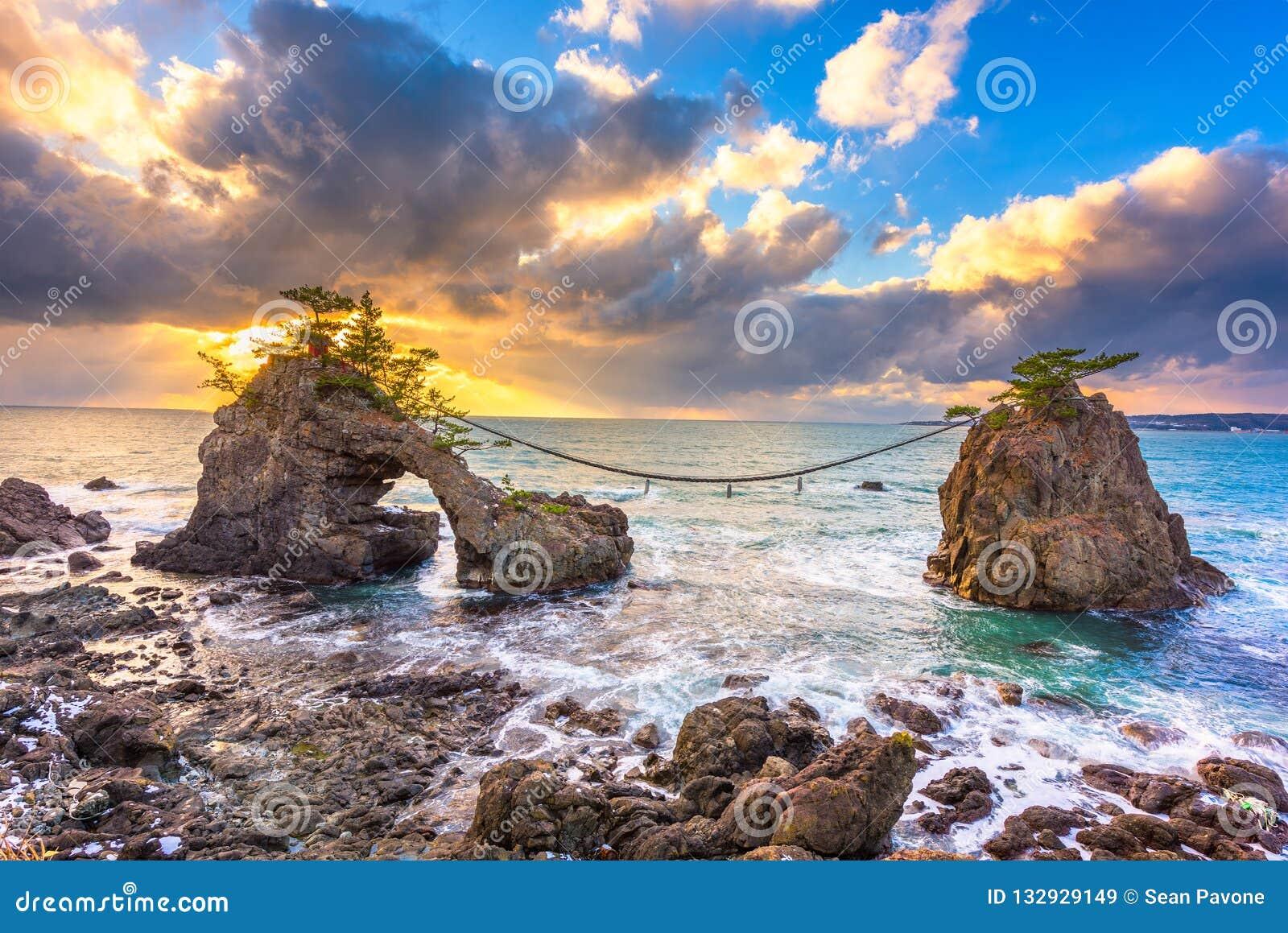 Rocha de Hatago AIT na península de Noto em Japão