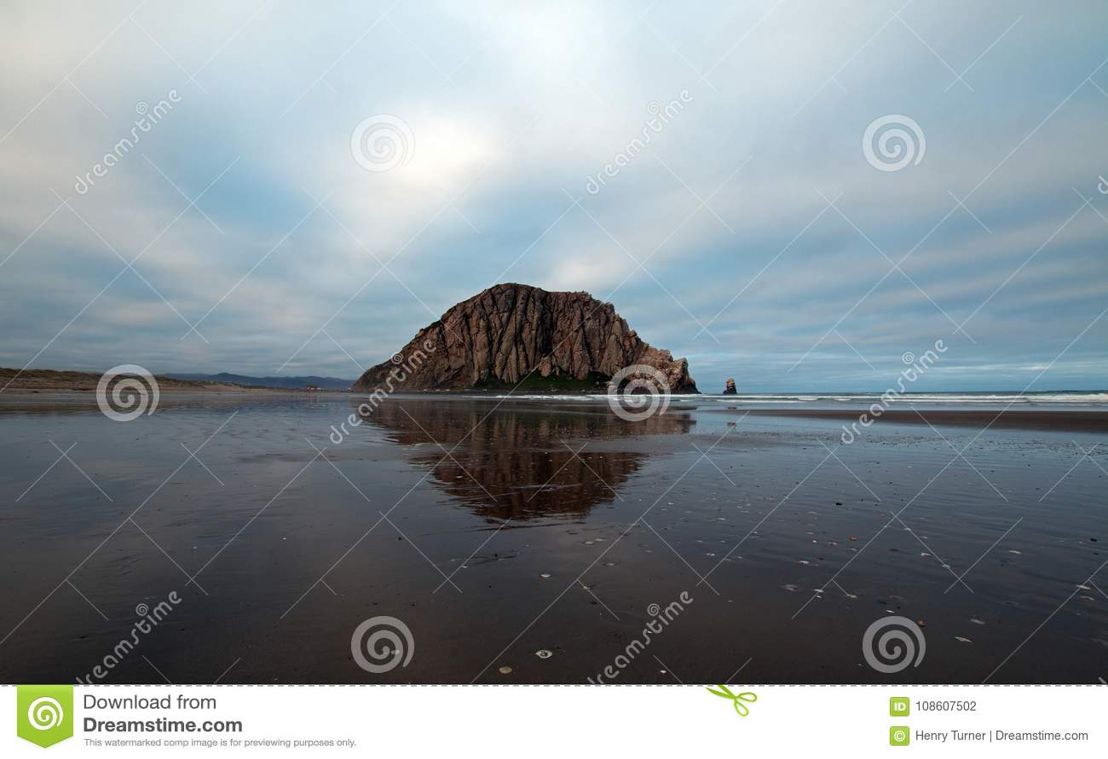 Rocha de Morro no amanhecer no parque estadual da baía de Morro na costa central EUA de Califórnia