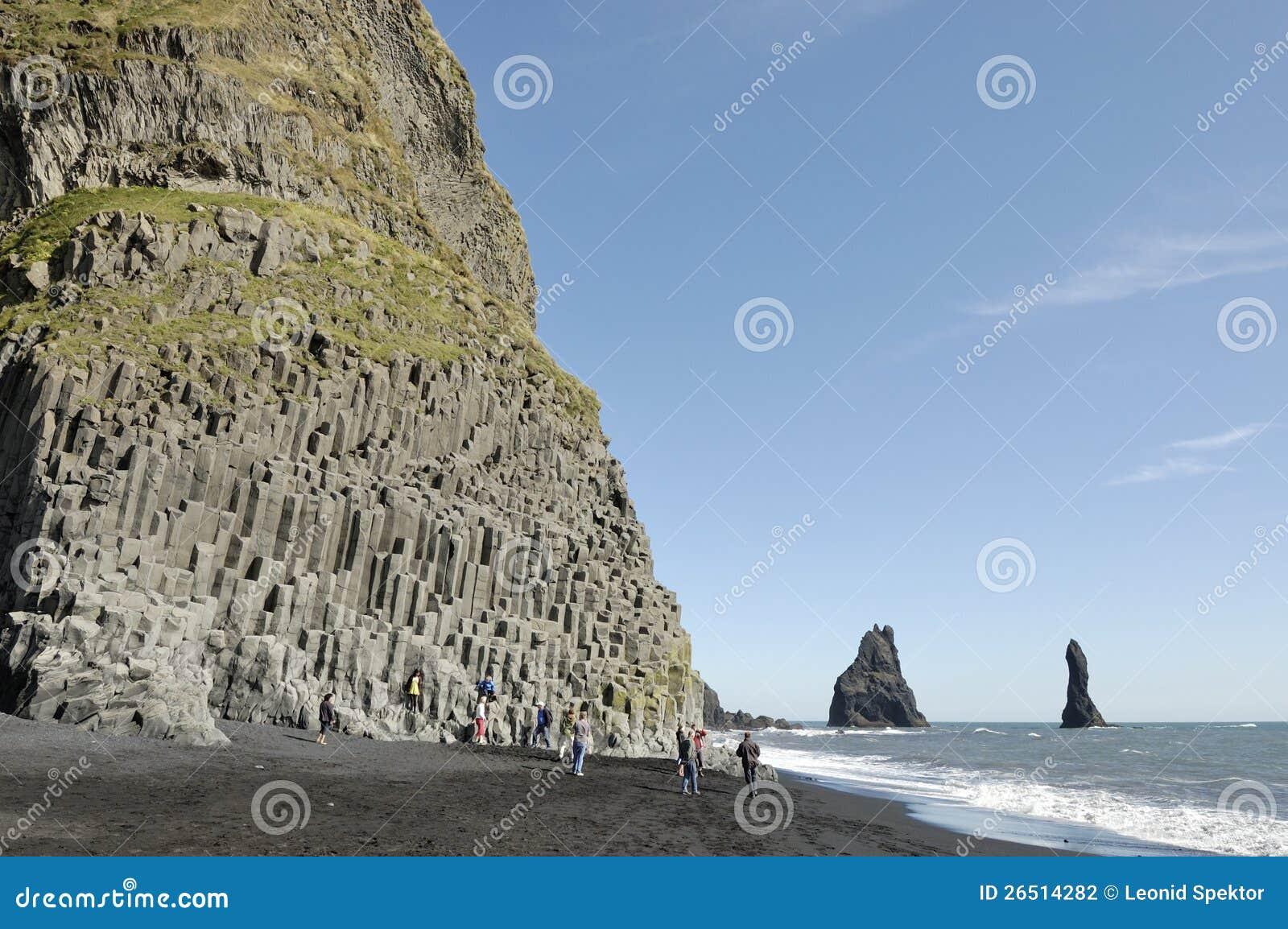 Rocha do basalto na praia vulcânica em Islândia.