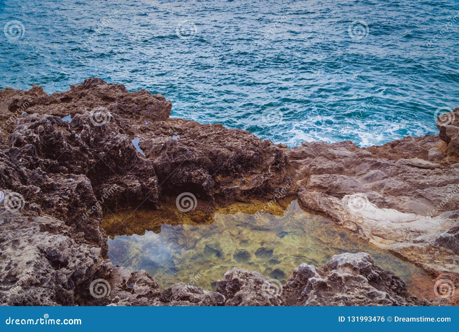 A rocha e o mar
