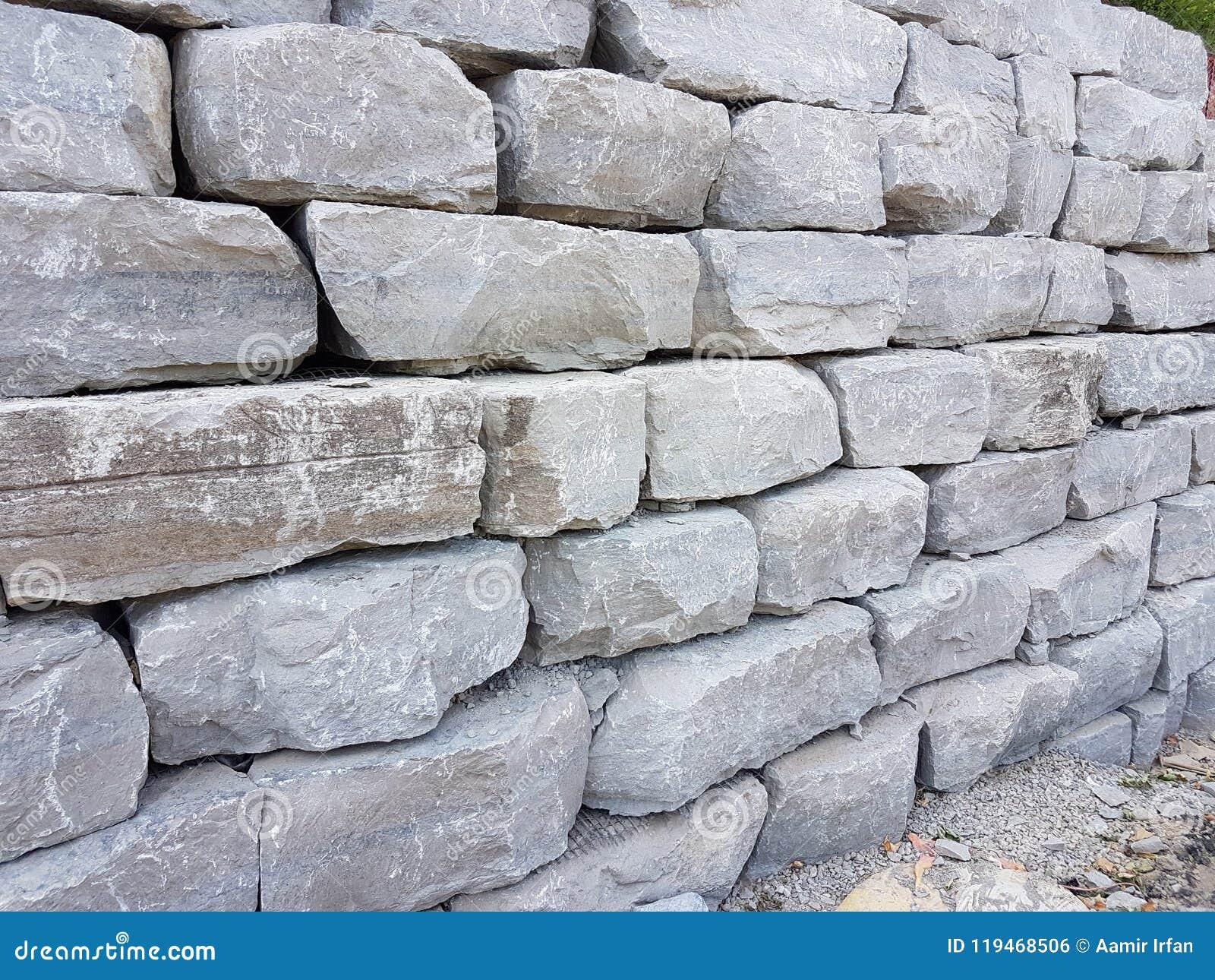 Rocha grande e pesada para o trajeto e estradas de construção