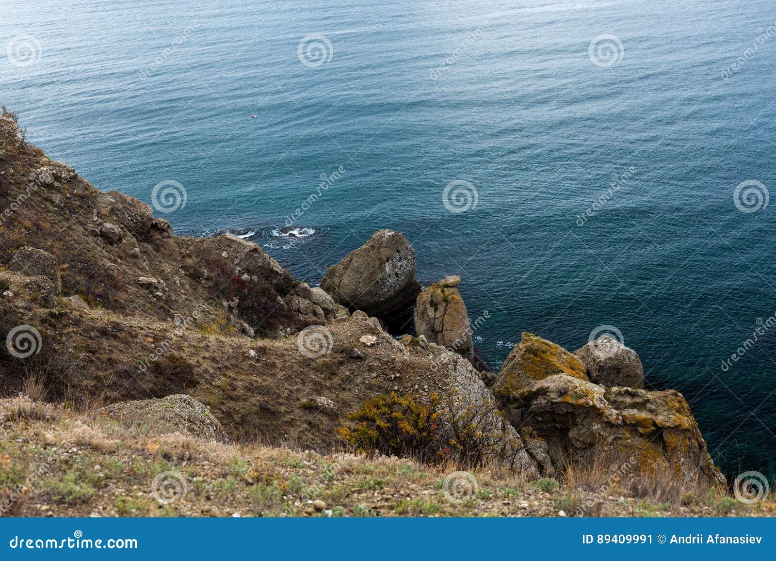 Rocha sobre a água do mar