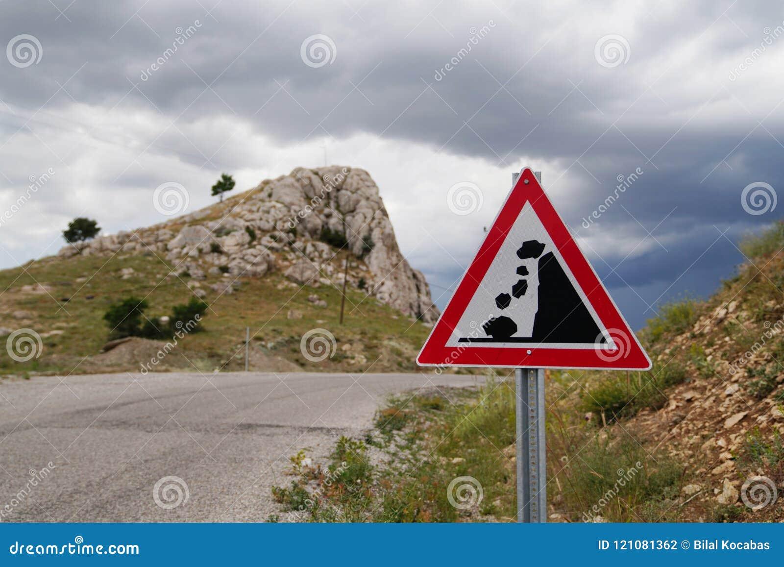 Rochas de queda do sinal de estrada do corrimento