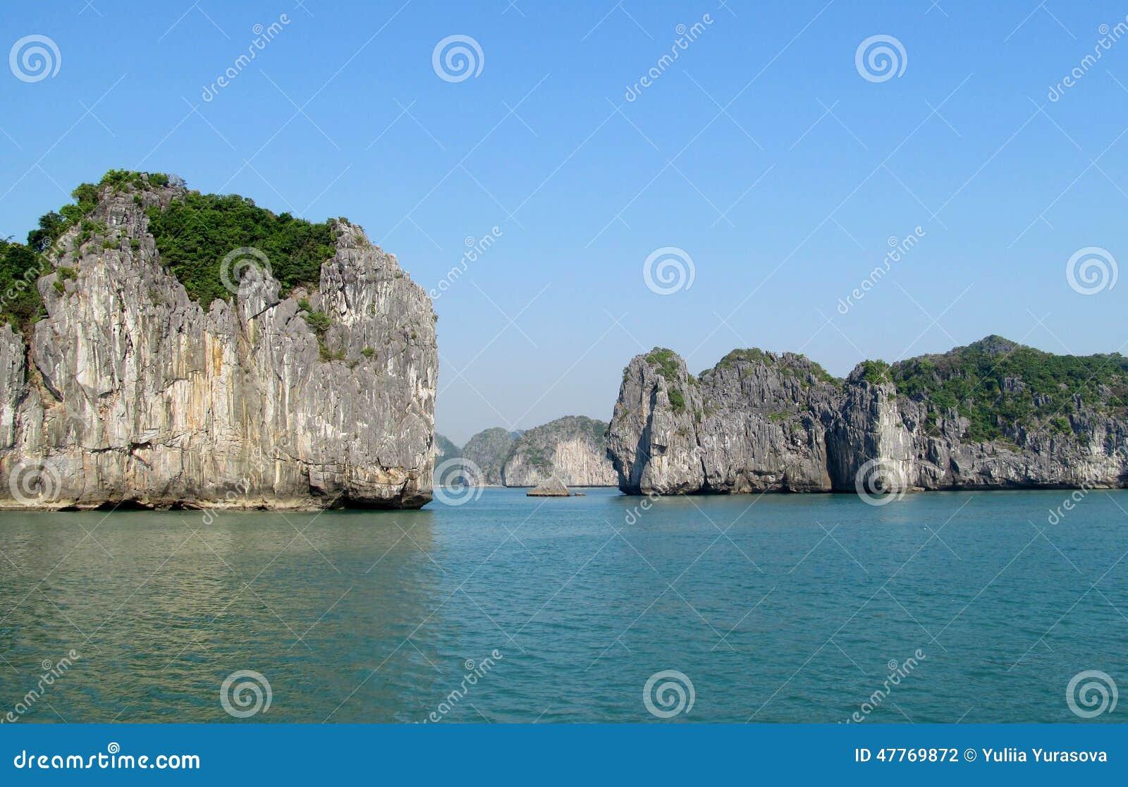 Rochas e ilhas da baía longa do Ha perto da ilha de Cat Ba, Vietname