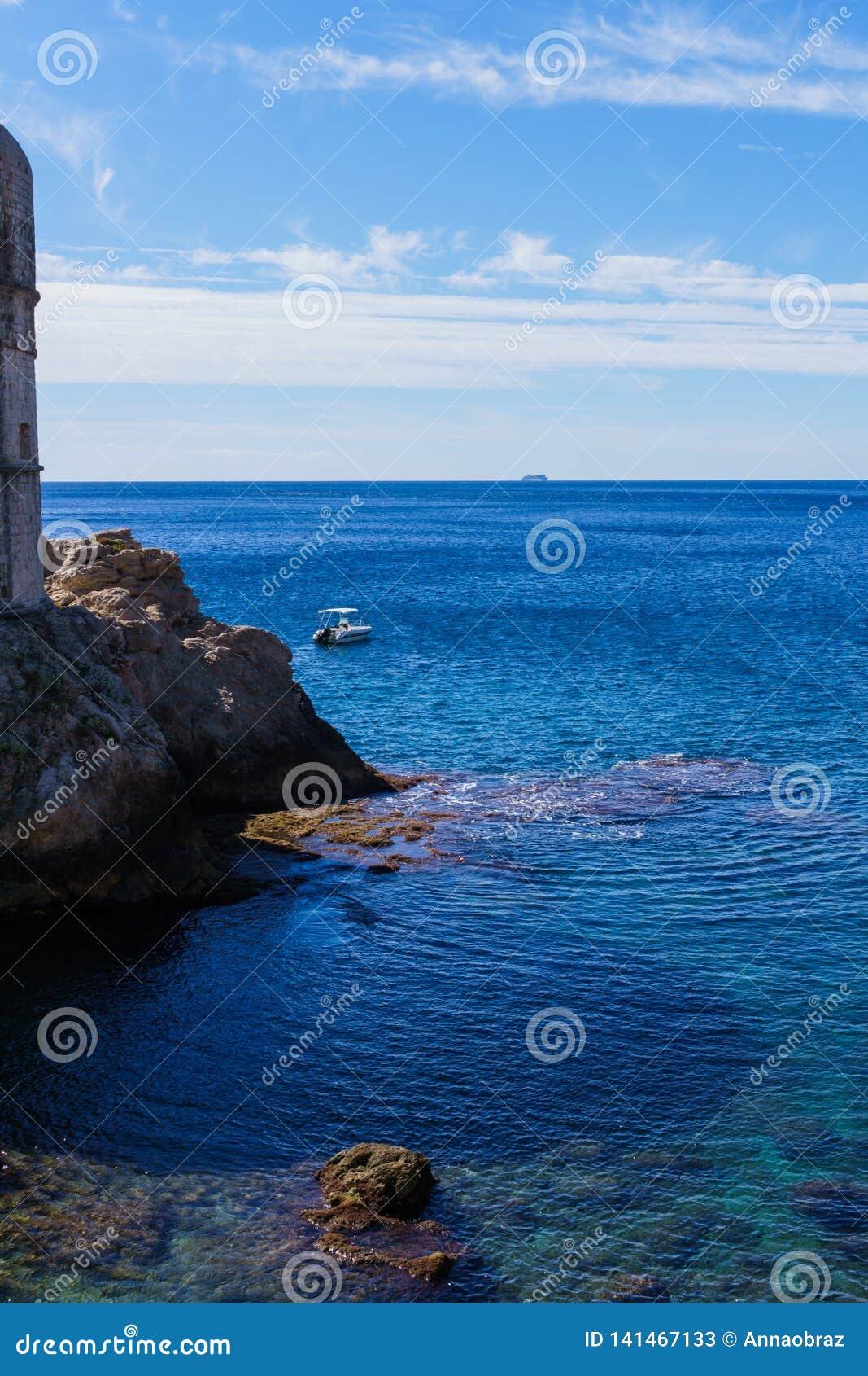 Rochas em torno das paredes em Dubrovnik, Croácia da fortaleza, em setembro de 2018
