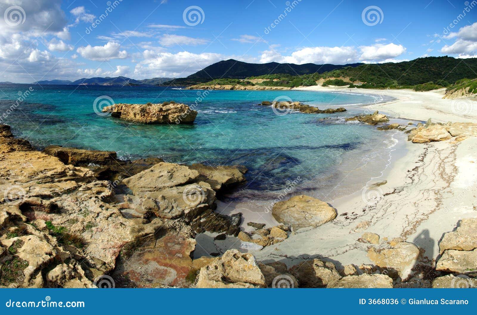 Rochas na praia de Piscinni