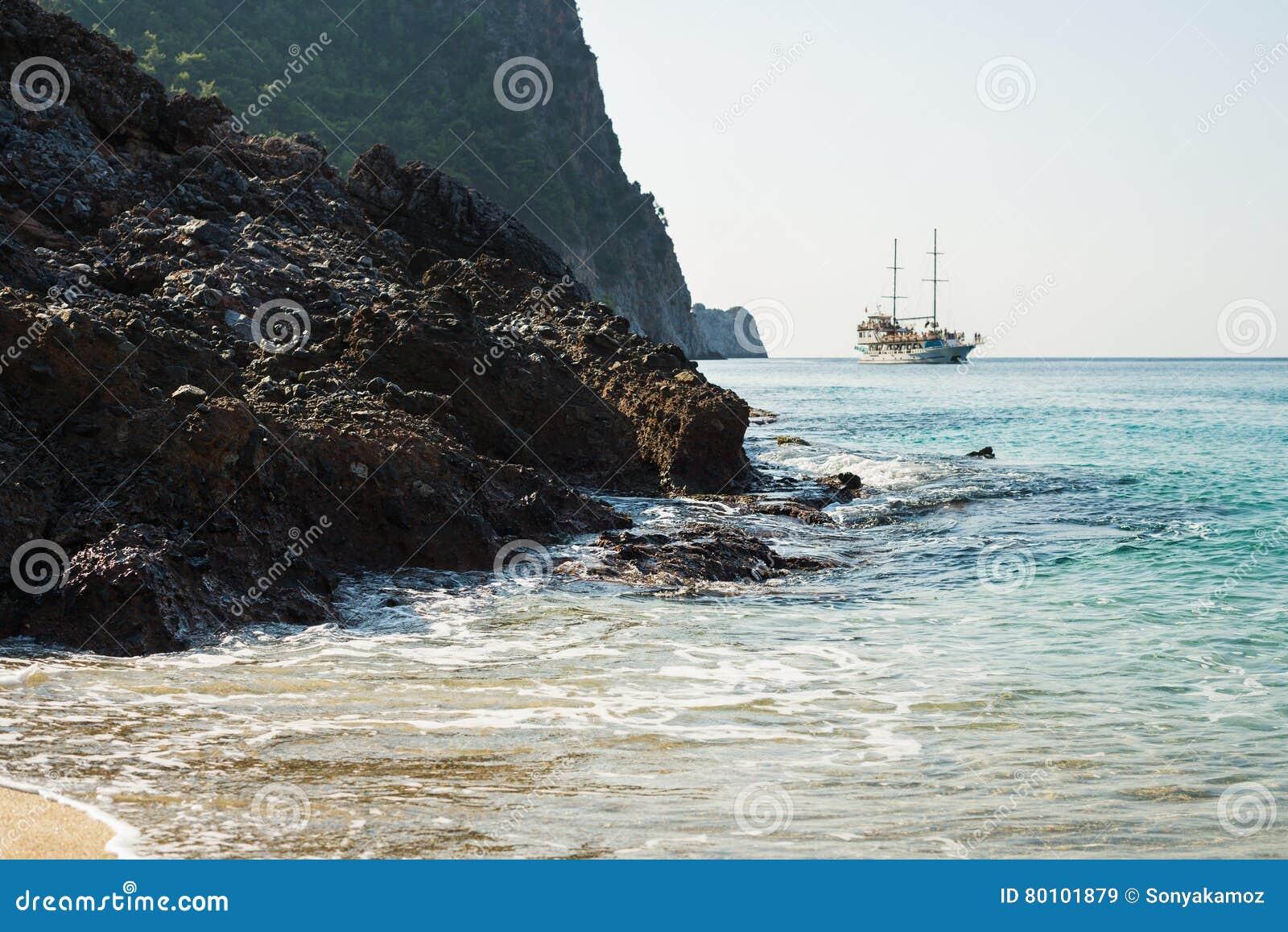 Rochas naturais e navigação do navio de passageiro no mar Mediterrâneo, Alanya