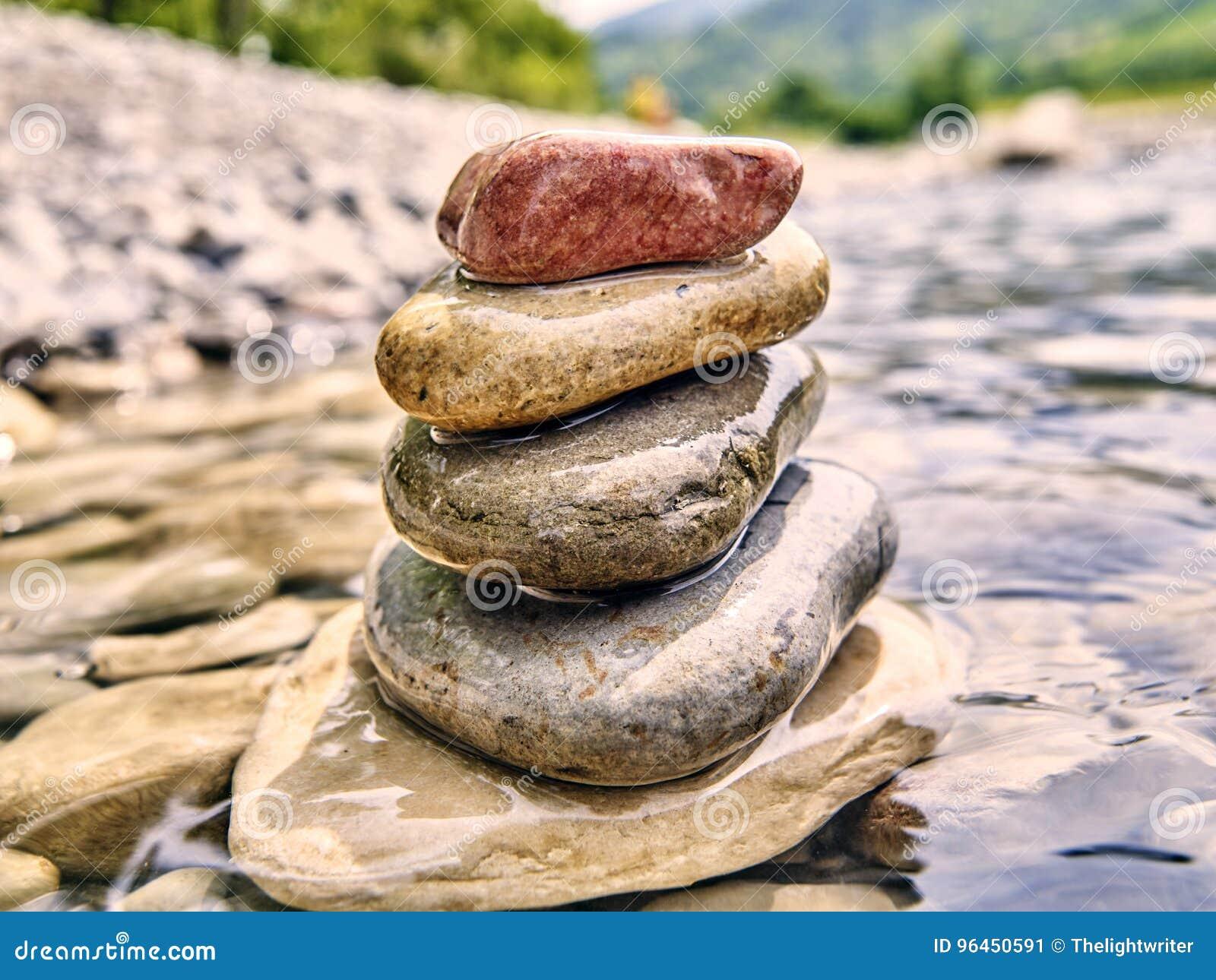 Rochas, seixos do rio empilhados em um córrego