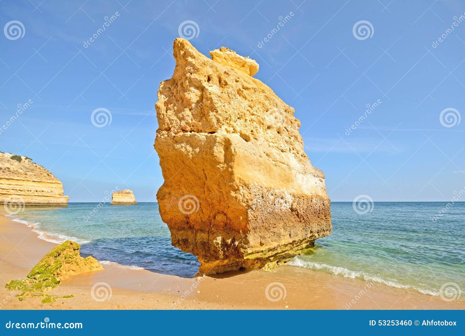 Roche énorme à la plage de falaise du Praia DA Marinha, belle plage cachée près de Lagoa Algarve Portugal