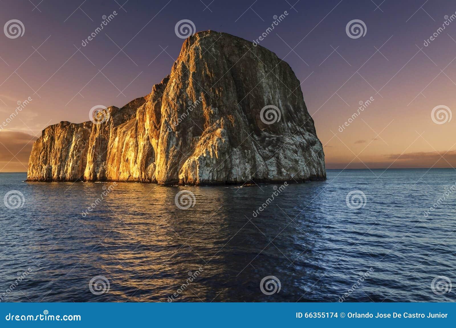 Roche de joueur au coucher du soleil - îles de Galapagos