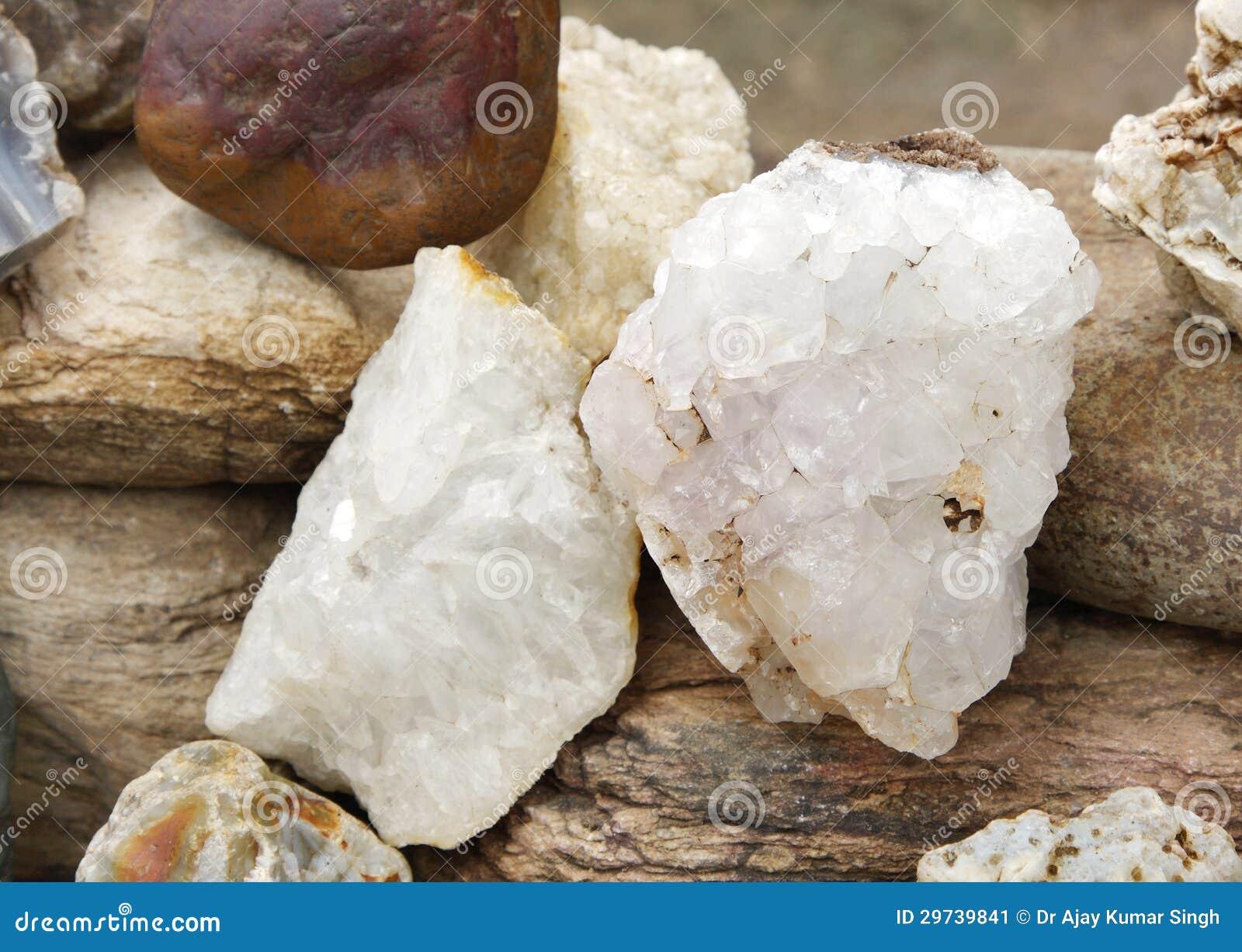 Beau cristal de quartz expos en cailloux d 39 une roche for Achat cailloux blanc