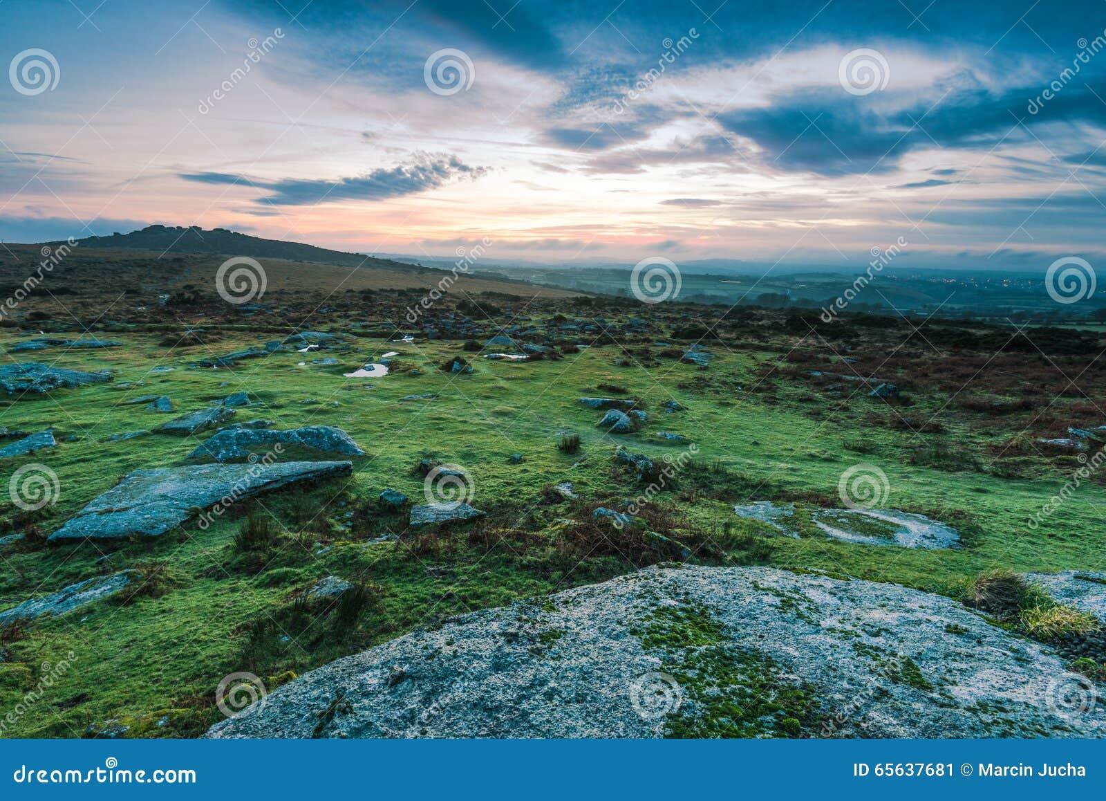 Roches de granit en parc de Dartmoor, R-U