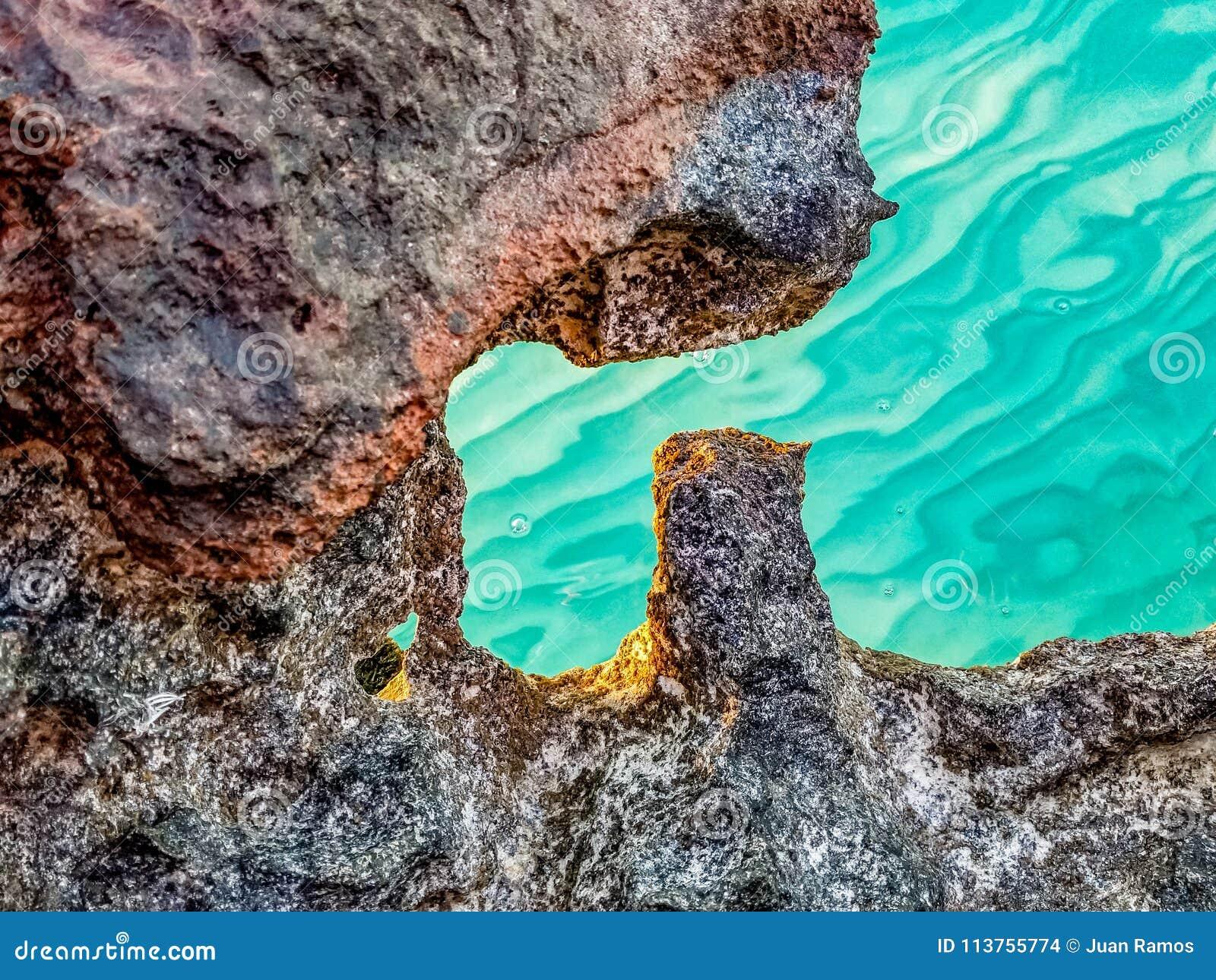 Roches en mer sur les Turcs et la Caïques