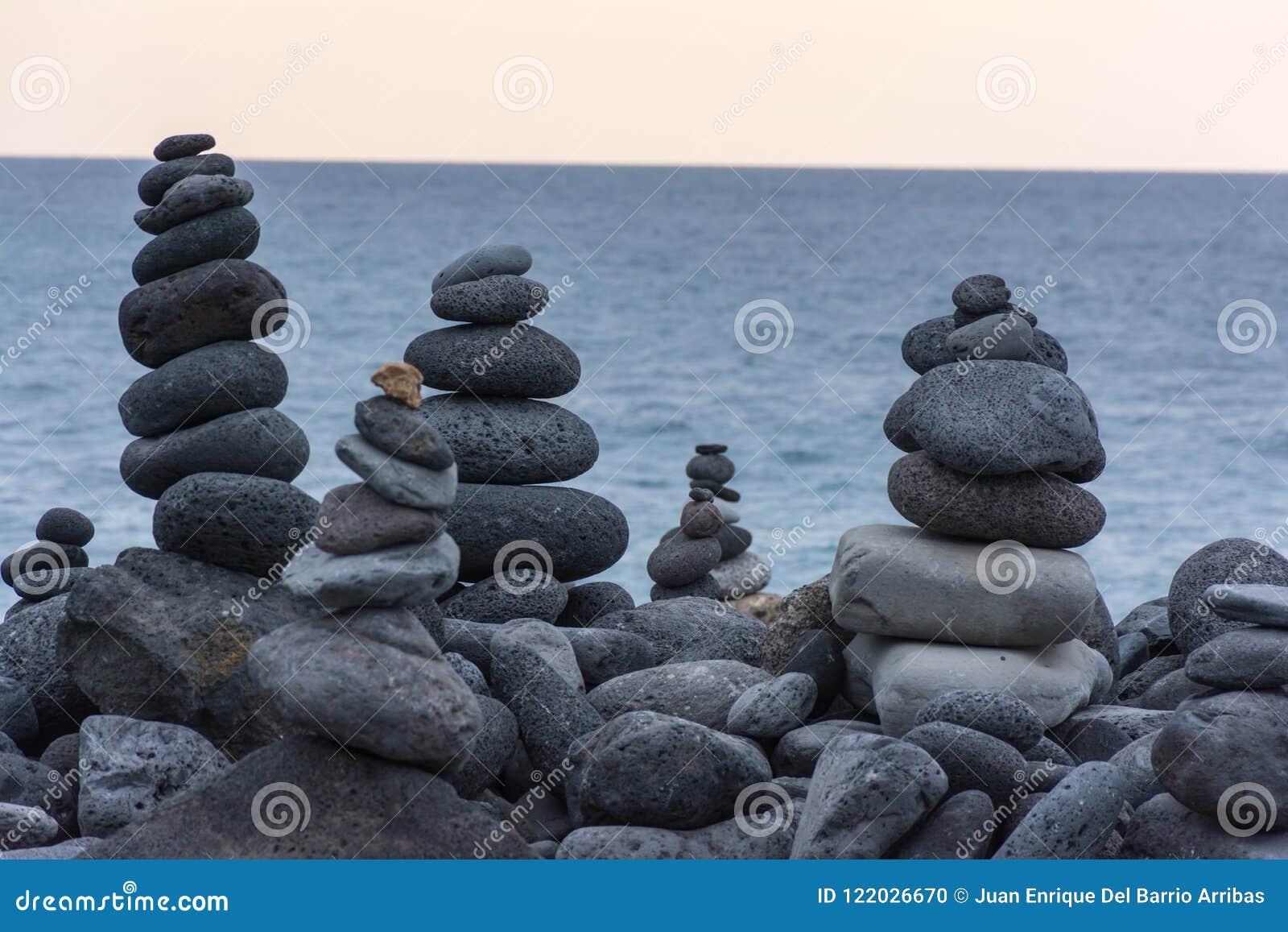 Roches volcaniques placées dans le mode de pyramide, pour le plaisir et la relaxation Cet endroit unique est situé dans le port d