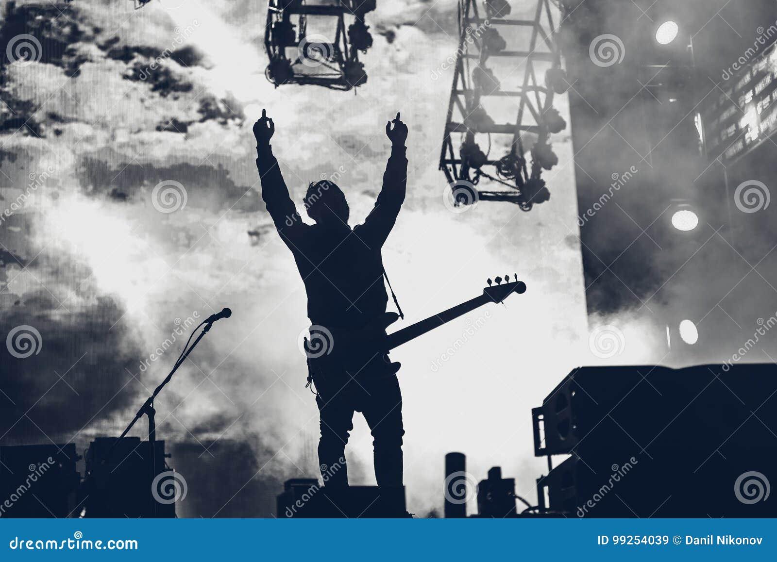Rockbandet utför på etapp Gitarristen spelar solo Kontur av