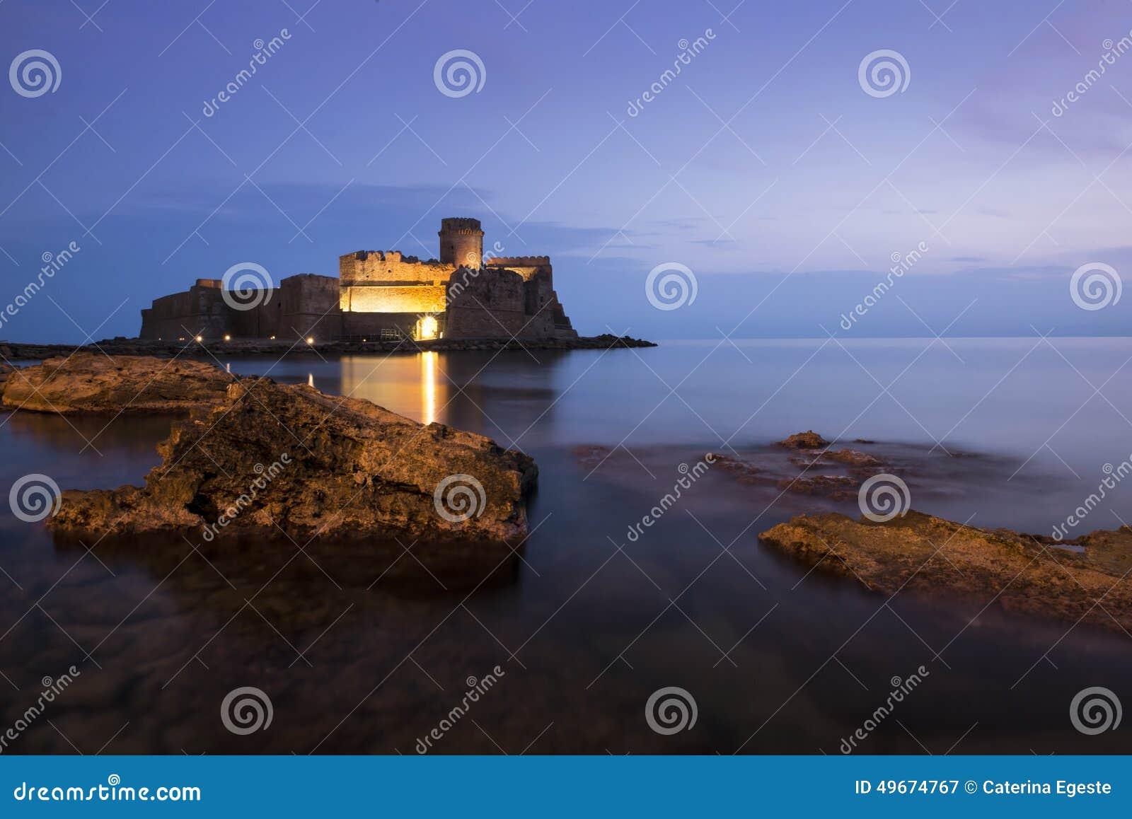 Rockera i havet i den Le Castella staden, Calabria, Italien