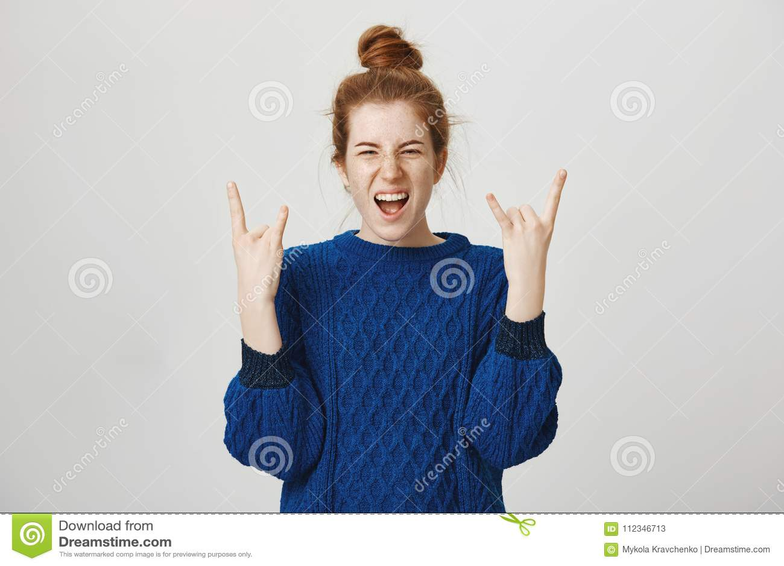 Rockowa n rolka żyje w my Portret z podnieceniem i wstrząśnięta młoda europejska rudzielec dziewczyna krzyczy od pozytywnych emoc