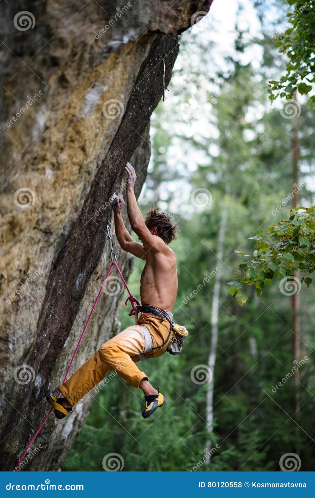 Rockowego arywisty spada puszek podczas gdy unoszący się nadwiesić Krańcowy sporta pięcie