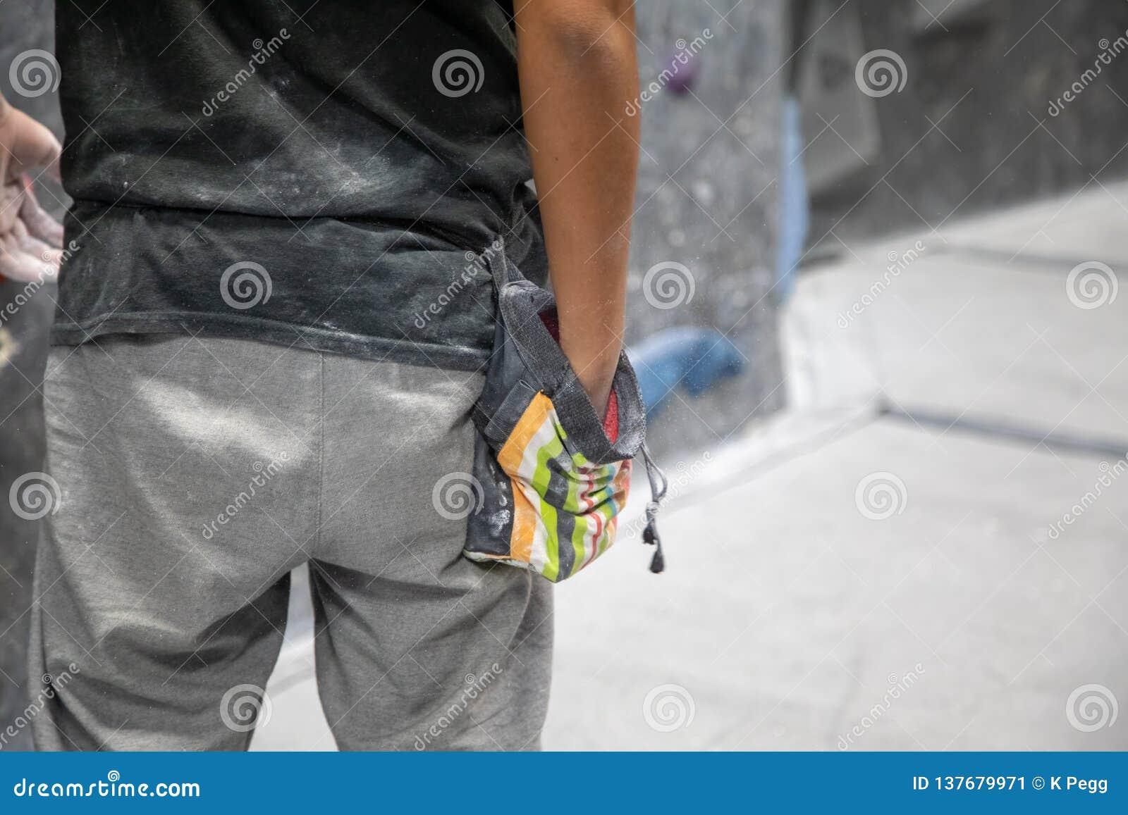 Rockowy arywista stosuje kreda proszek ręki