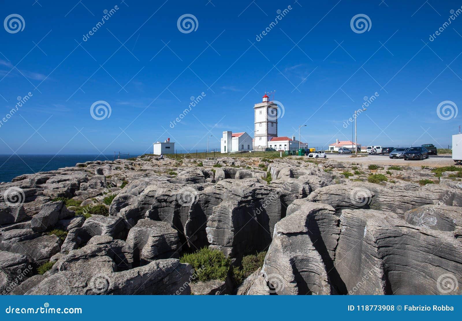 Rockowy widoku tło z latarnią morską przylądek Carvoeiro, Peniche, Portugalia